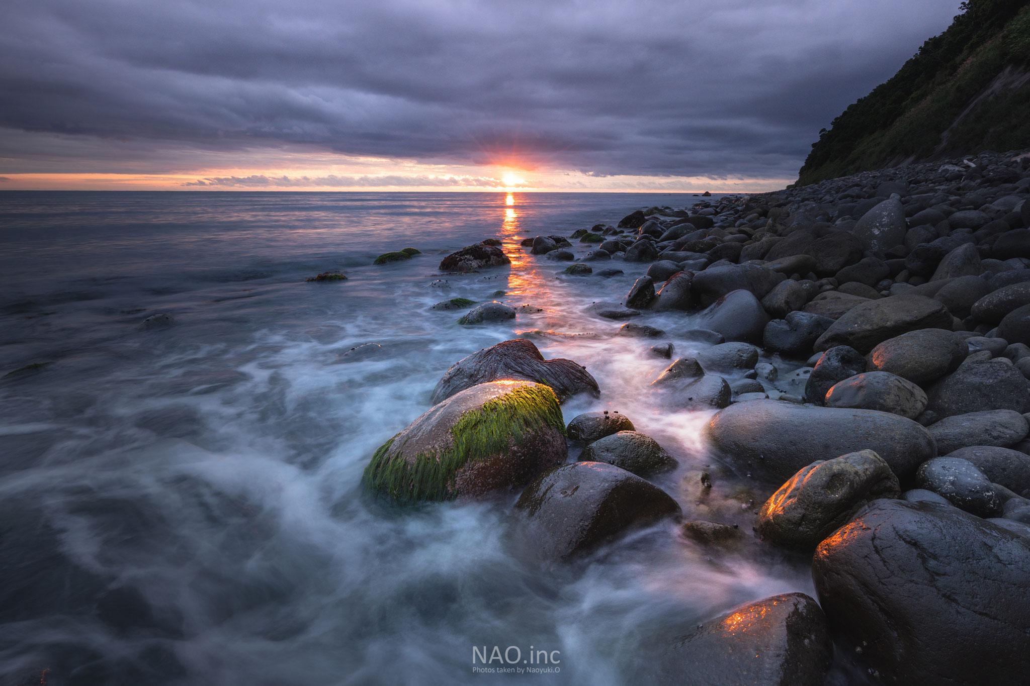 石狩市浜益区。曇り空の狭い隙間から夕日が差し込みドラマチックだった。