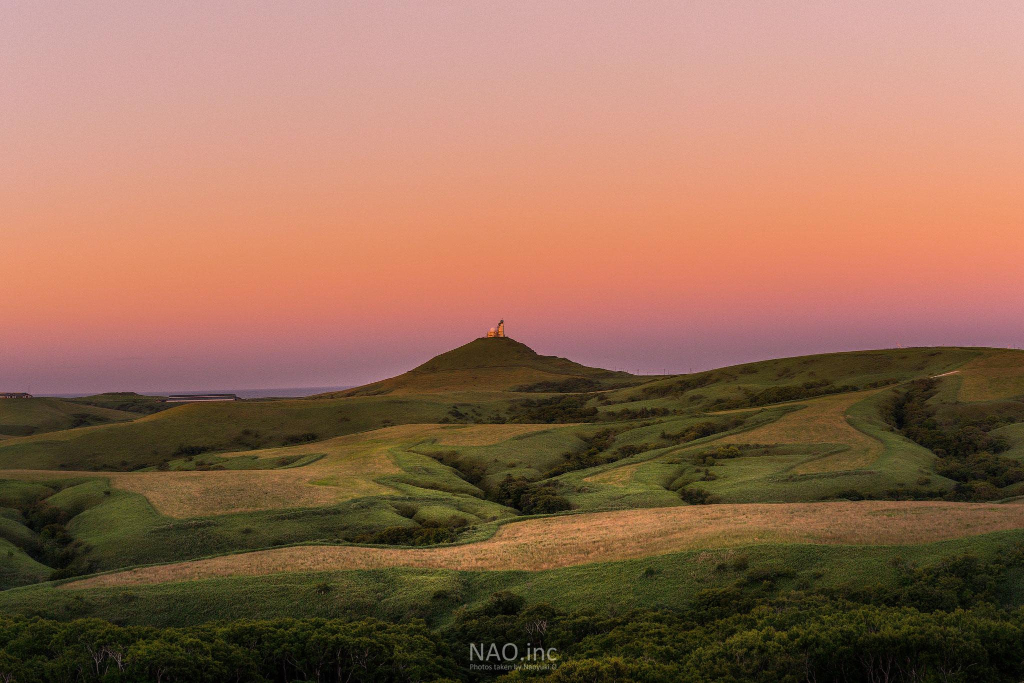 稚内市宗谷丘陵。日本最北端の夕日を広大な草原が受け止める。