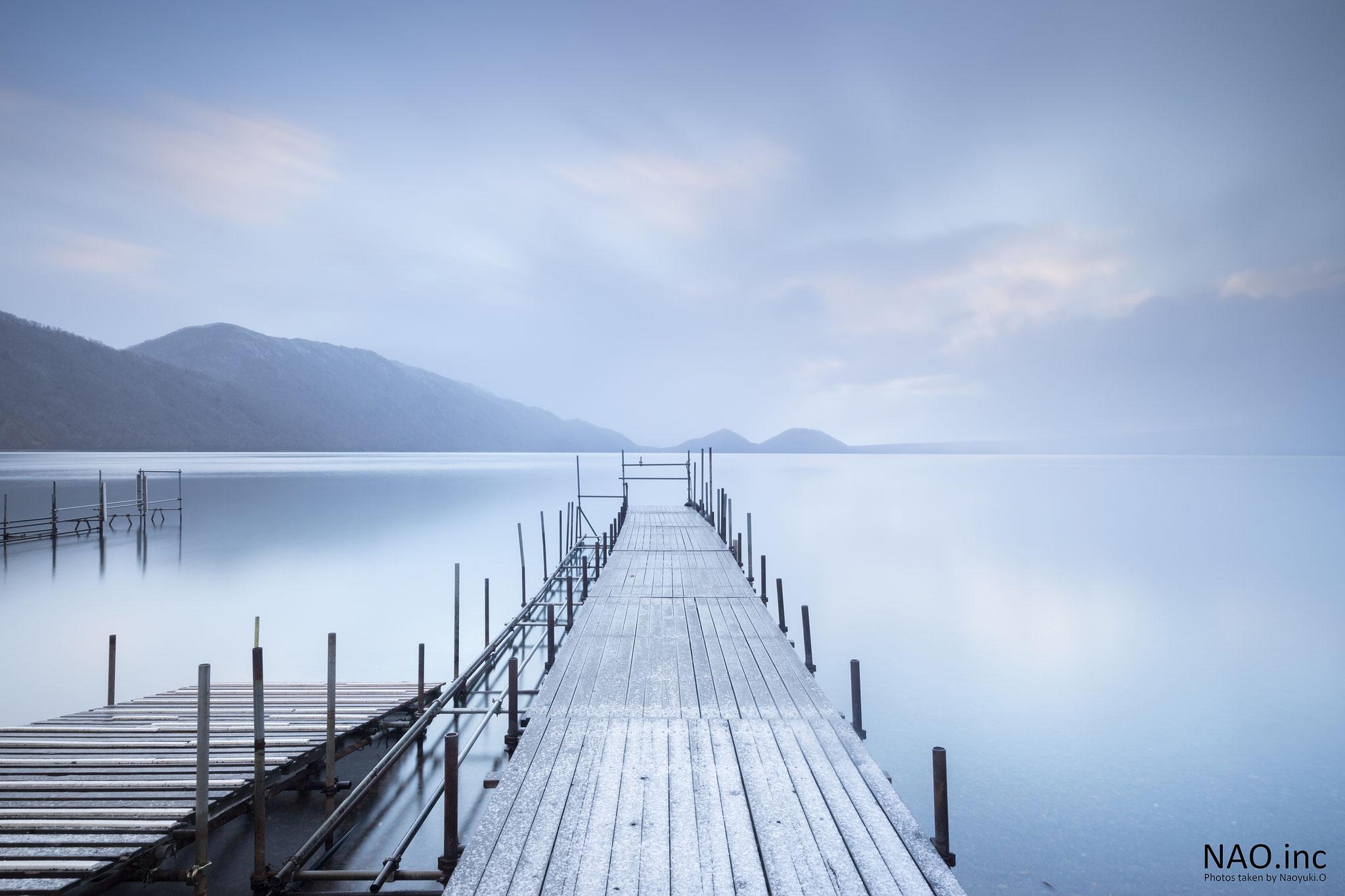初雪の朝。支笏湖は白の世界になった。