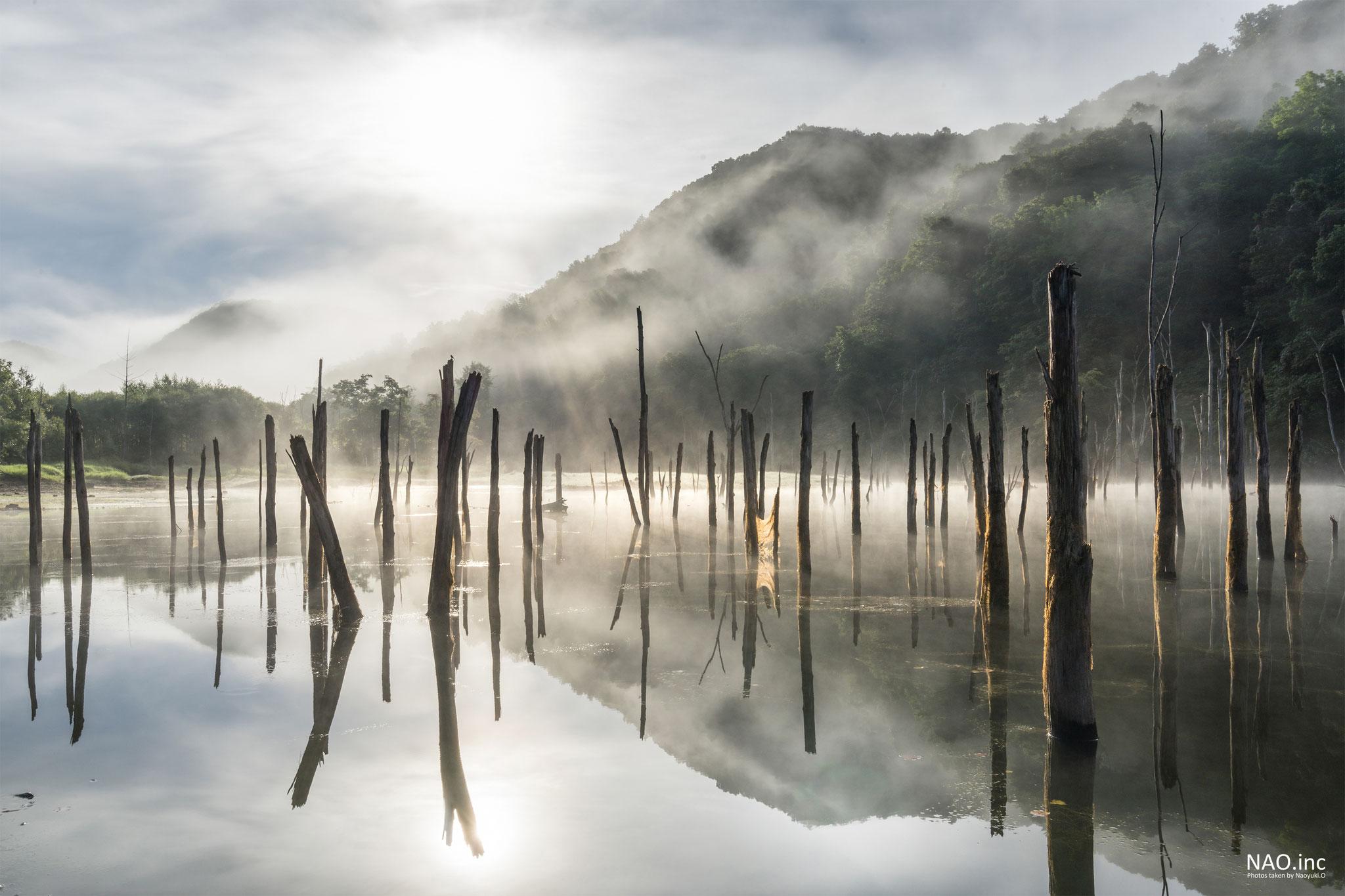 赤井川村落合ダム。朝に湧き上がる霧を朝日がかき分ける。【ナショジオEF・デジタルカメラマガジン2018年12月号掲載】