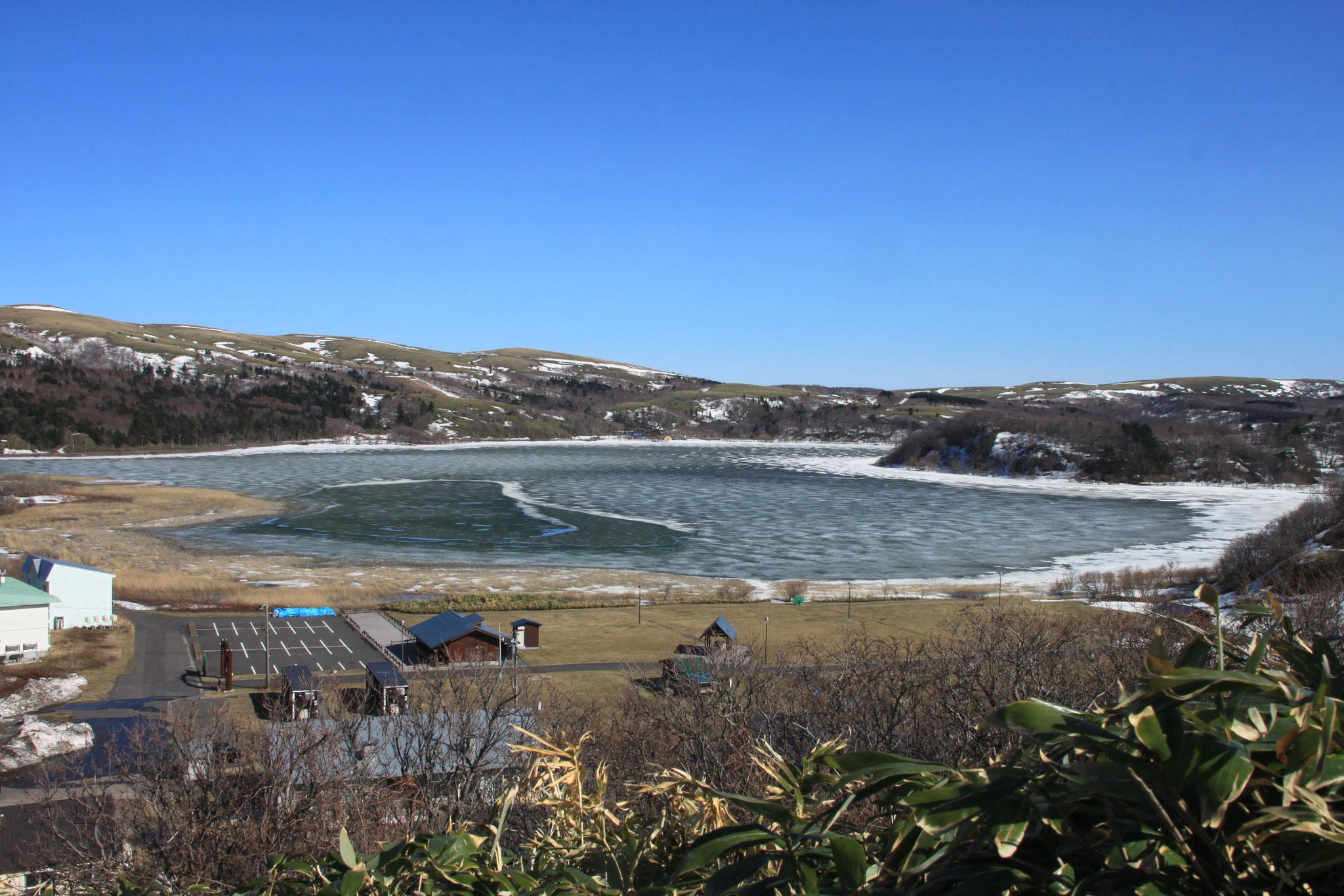 早春の久種湖展望台