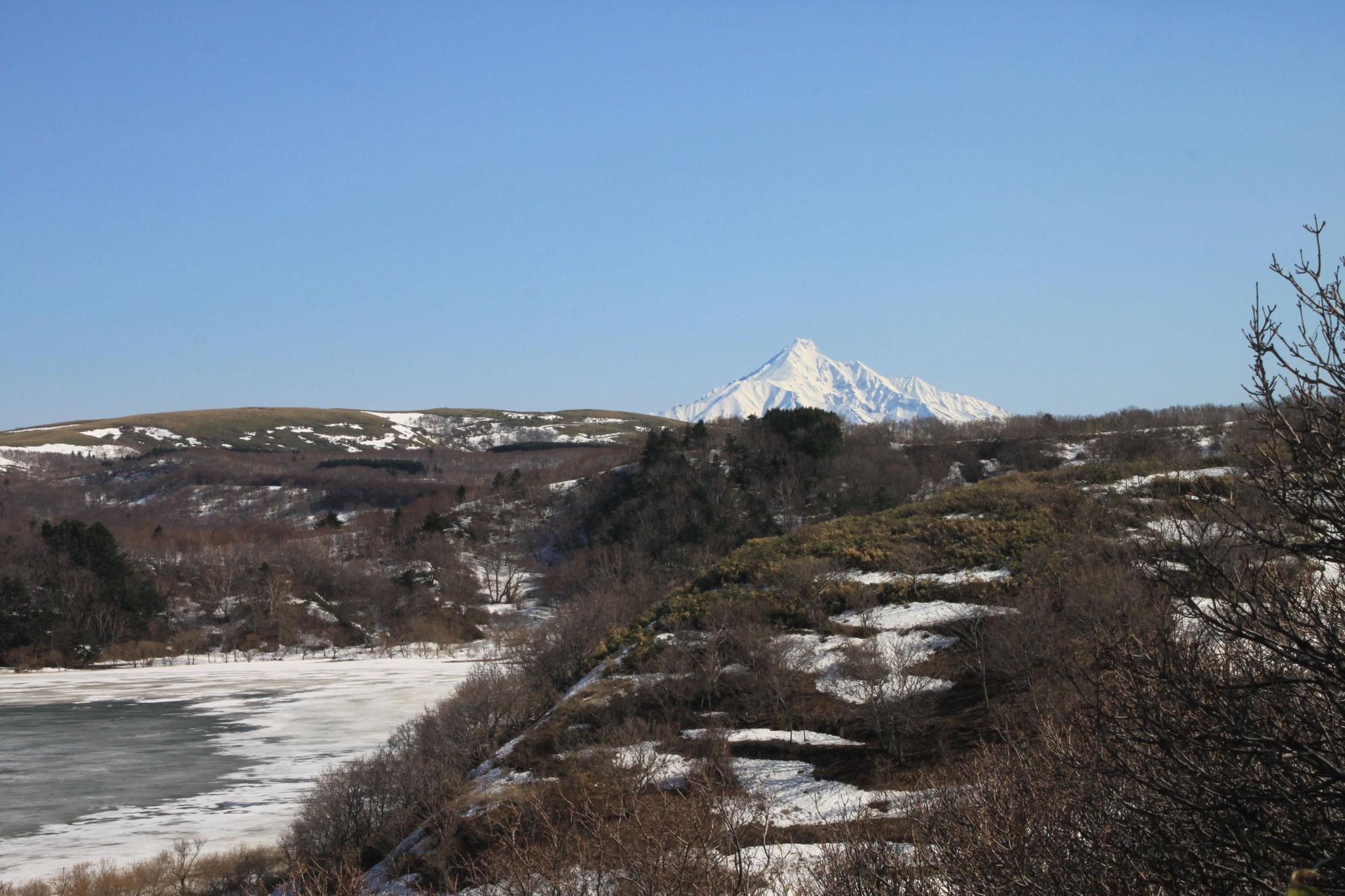 久種湖と残雪利尻山