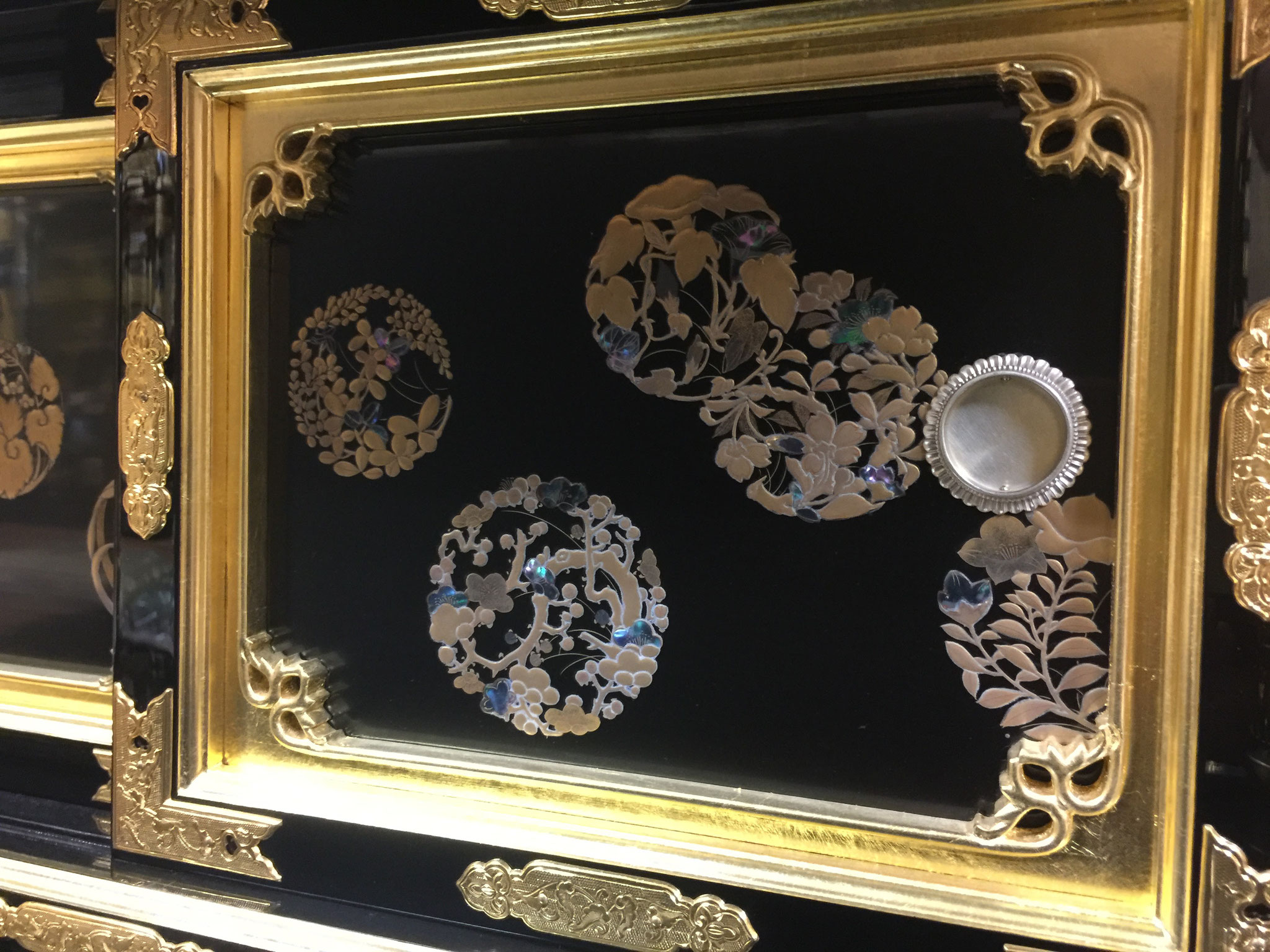 図柄は花圓で、螺鈿を使った研ぎ出し蒔絵