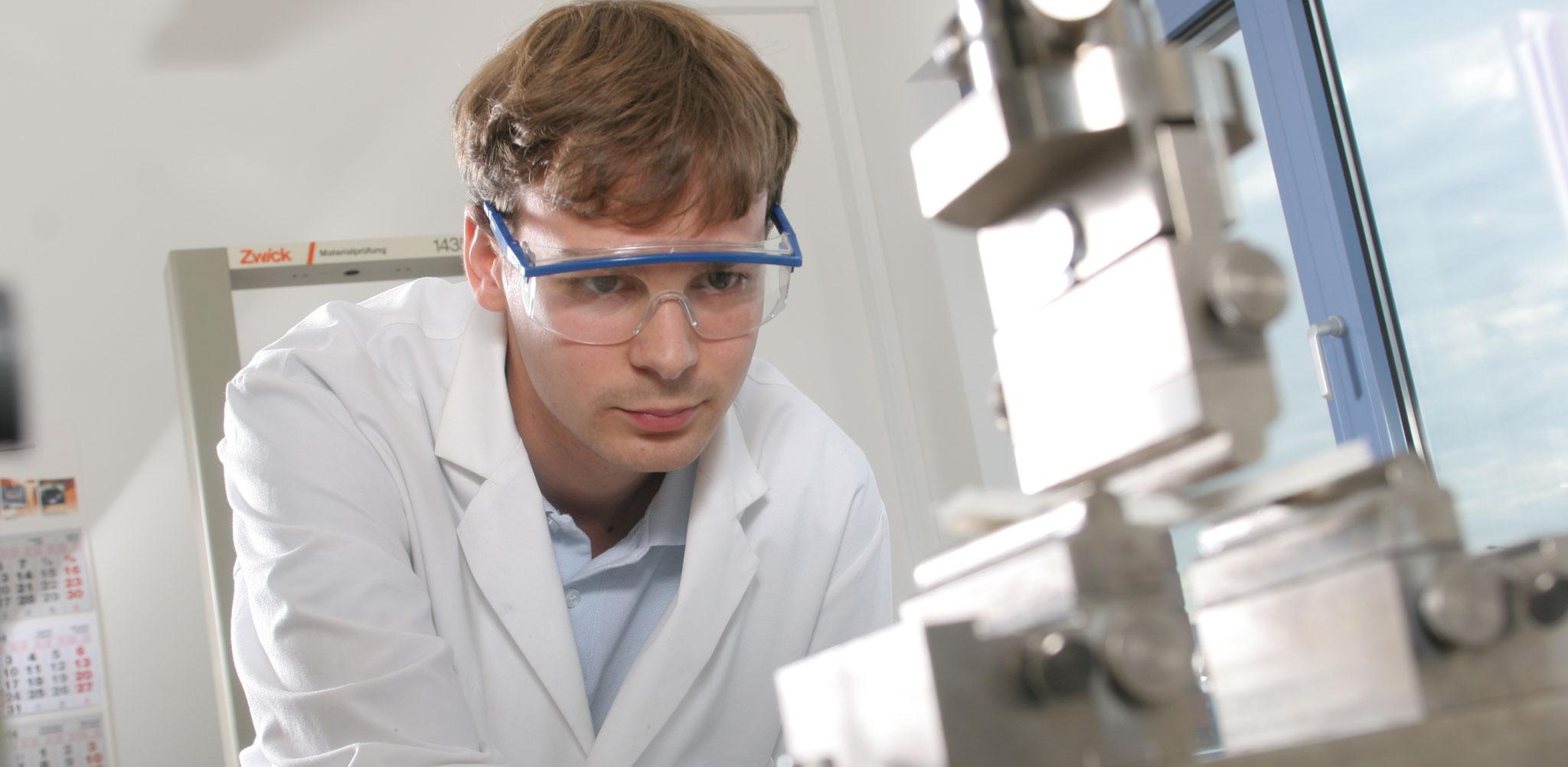 Wir prüfen die Materialkennwerte und Eigenschaften von Faserverbundwerkstoffen