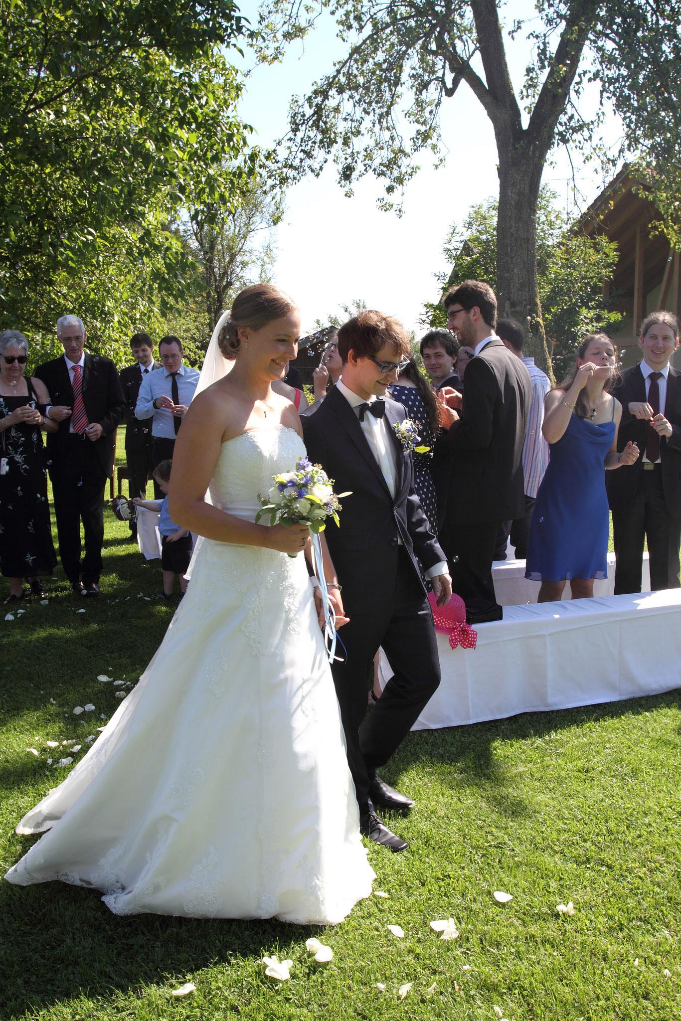 Das Brautpaar zieht glücklich nach der freien Trauung mit Katharina Lehmkuhl aus