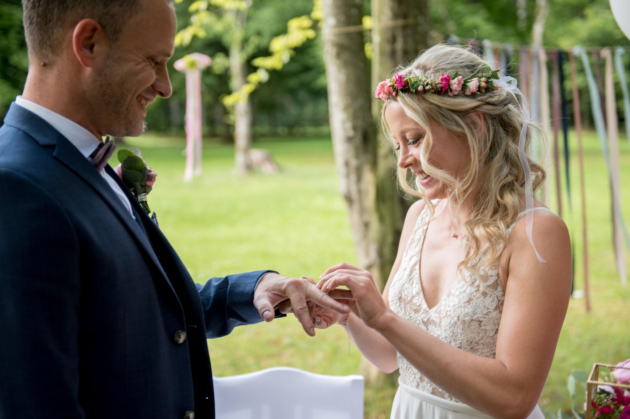 Der Ringwechsel - auch bei einer freien Trauzeremonie ein klassisches Symbol der Verbundenheit (Foto: Gabor Szeiler)