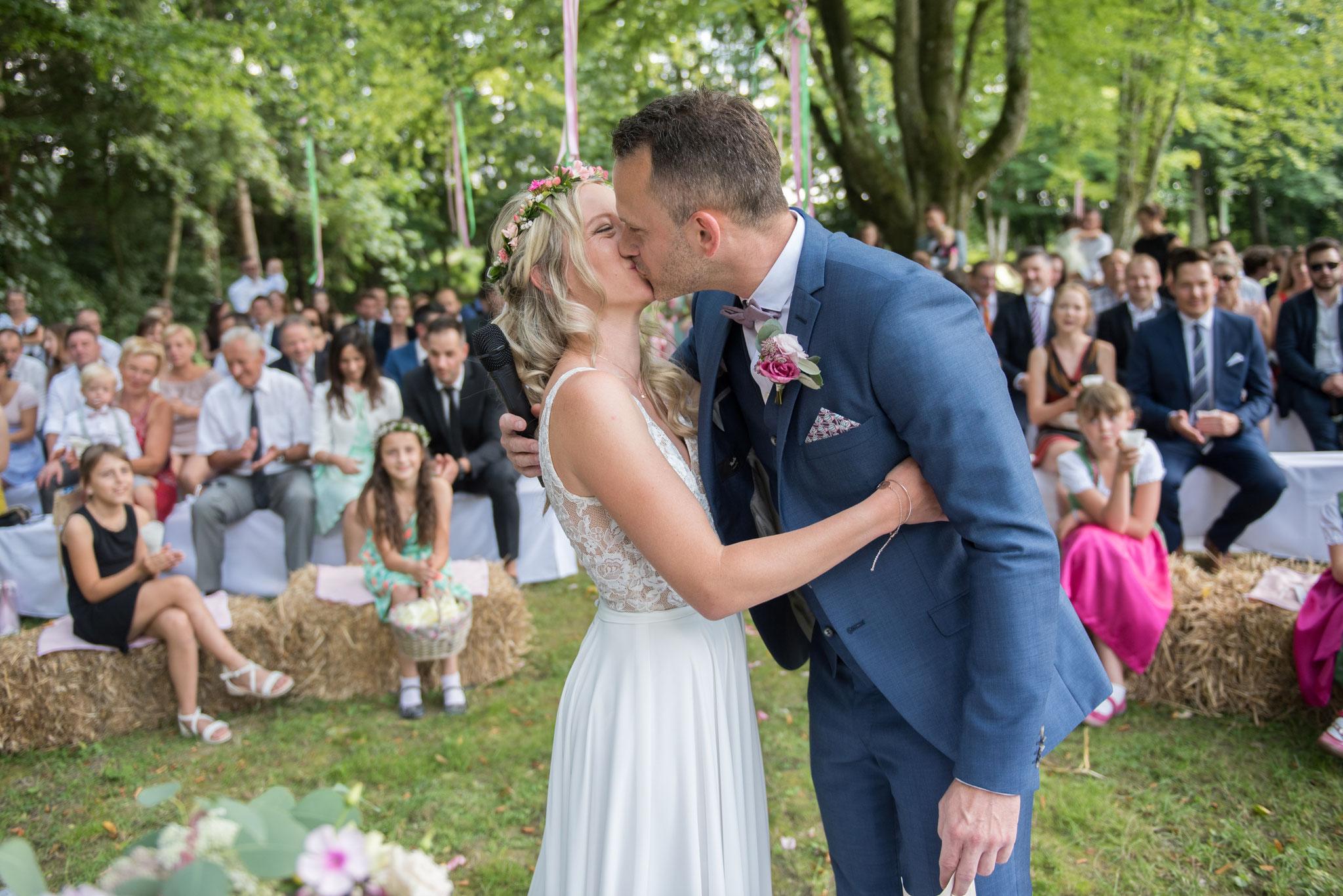 Das darf mit einem Kuss belohnt werden. Nun ist die Ehe besiegelt (Foto: Gabor Szeiler)