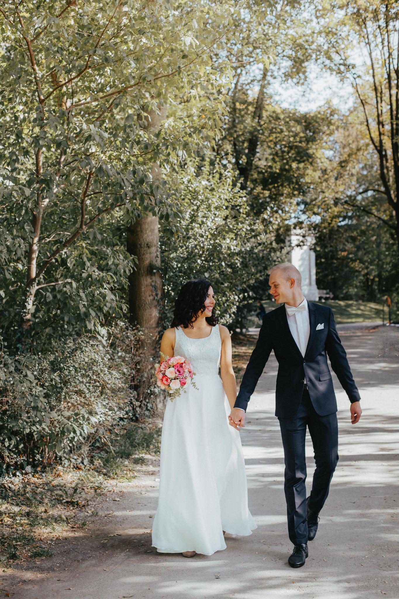 Glücklich vermählt! Simone & Andi schlendern nach der Trauung im Seehaus durch den Englischen Garten (Foto: Pabe-Fotografie)