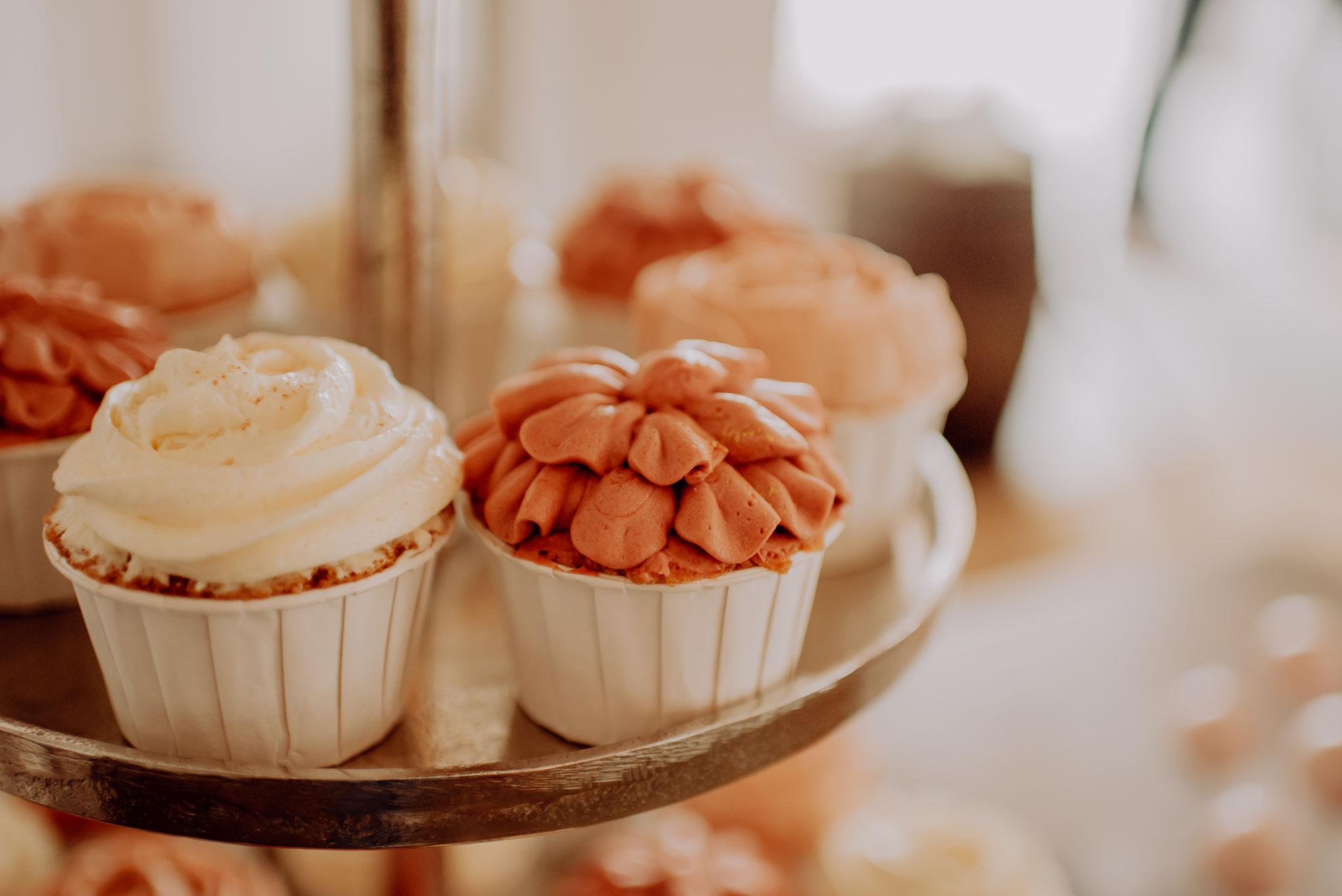 Eine schöne Möglichkeit: Die Cupcake-Torte kombiniert Torte und Cupcakes (Foto: Landei Fotografie)