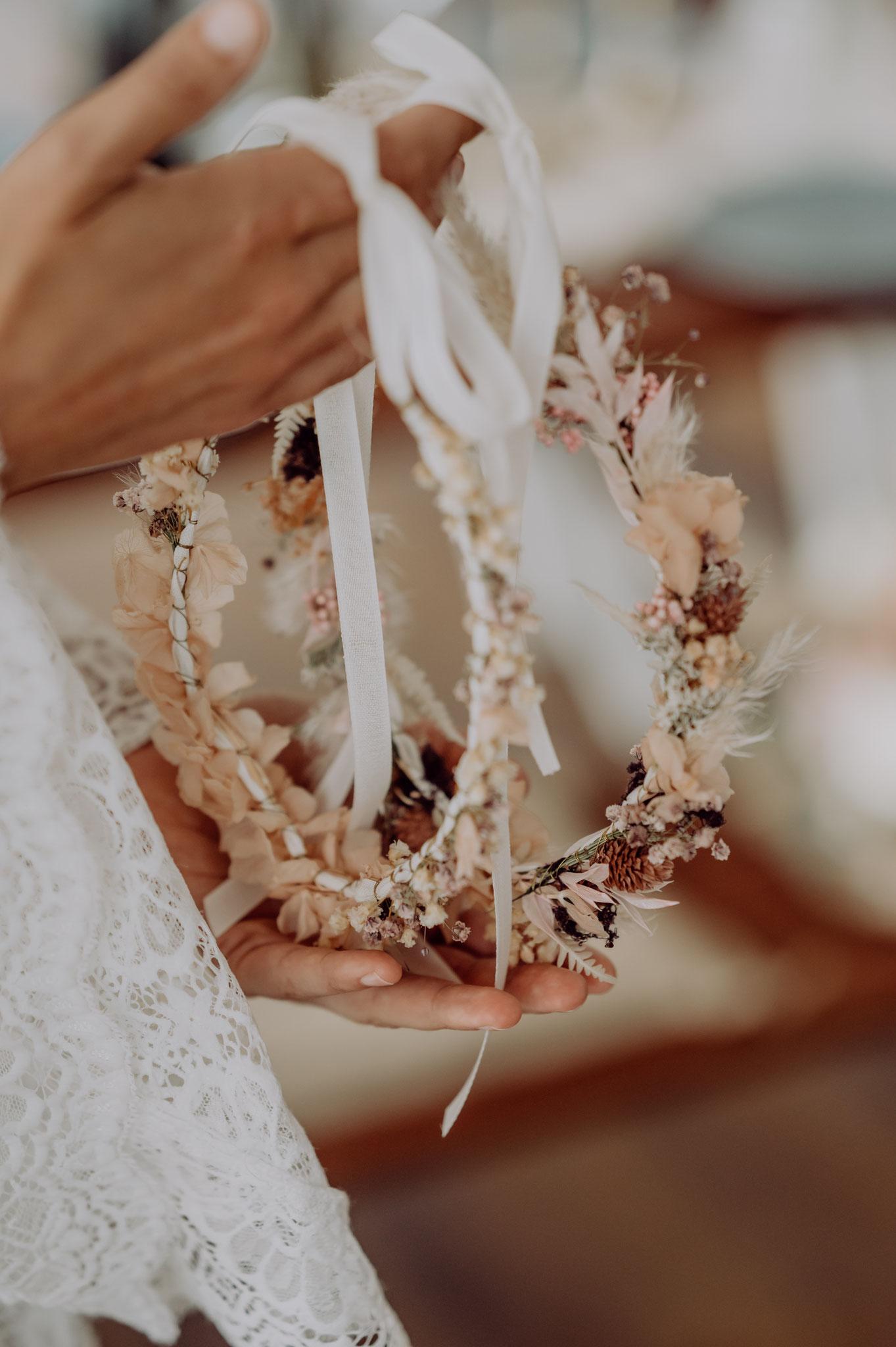 Viele Bräute wünschen sich hübsche Vintage-Haarkränze aus Trockenblumen für ihre freie Trauung (Foto: Landei Fotografie)