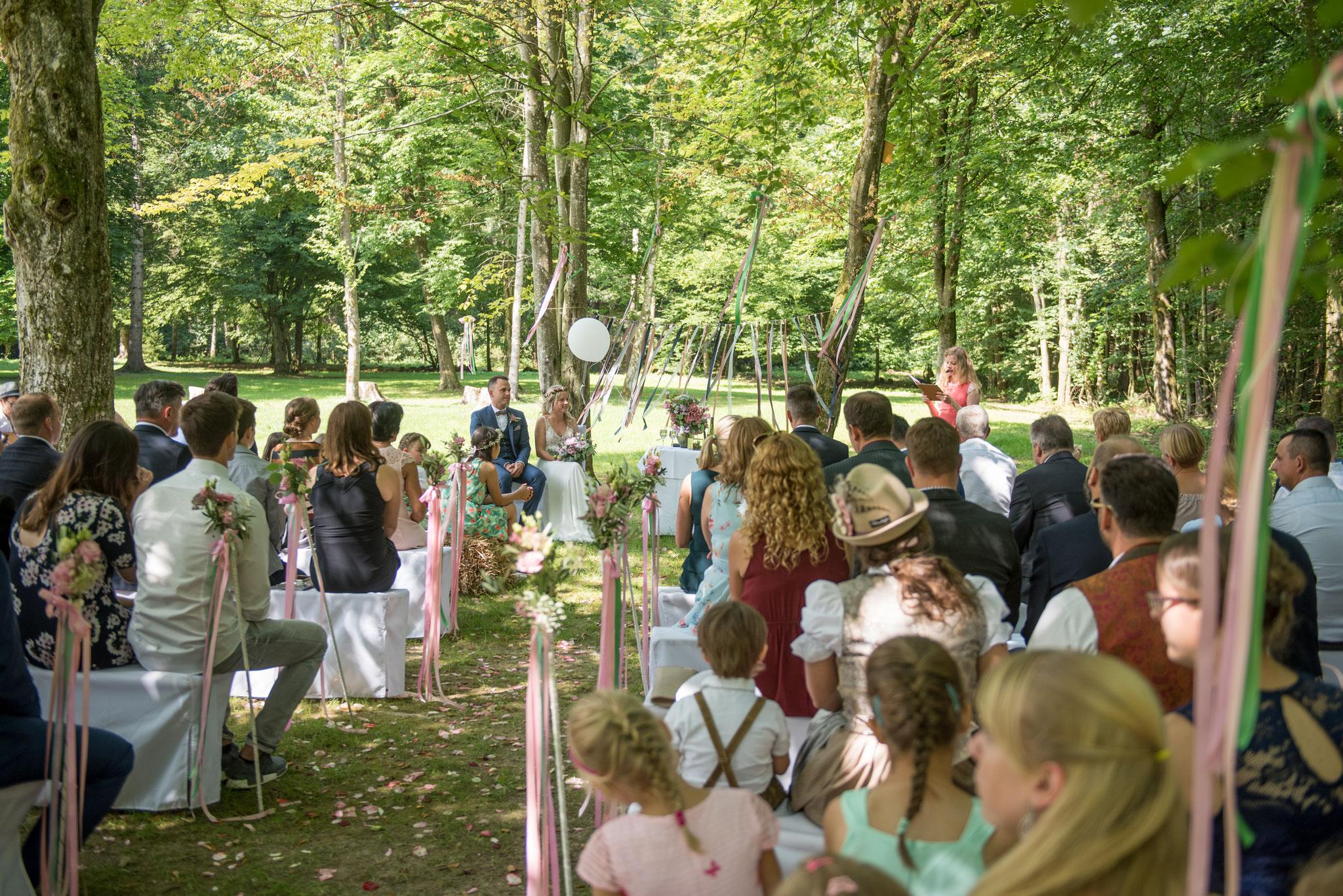 Die Traurednerin Katharina trägt die Hochzeitsrede vor (Foto: Gabor Szeiler)