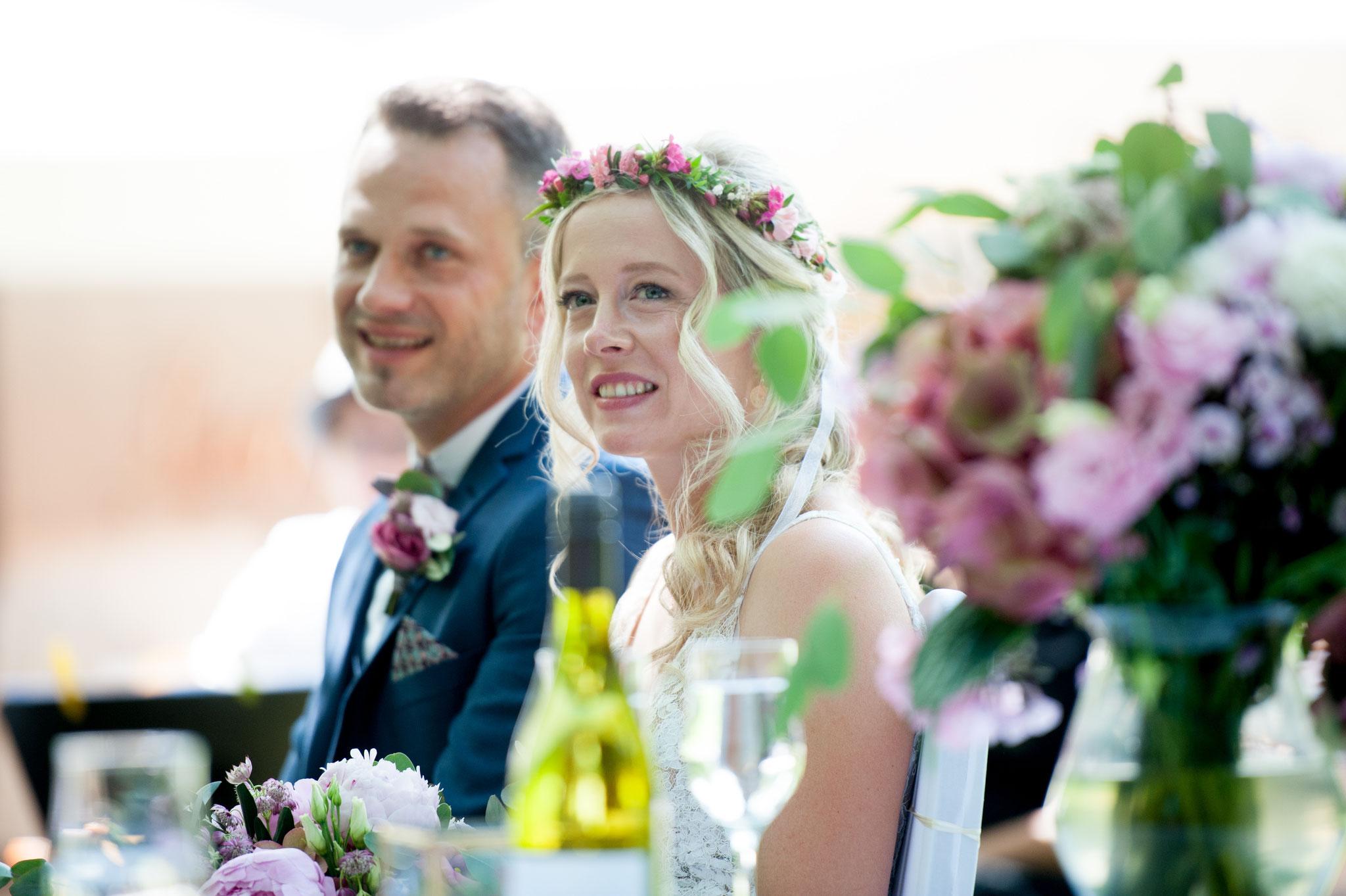 Heidi & Veli lauschen gespannt ihrer Hochzeitsrede (Foto: Gabor Szeiler)