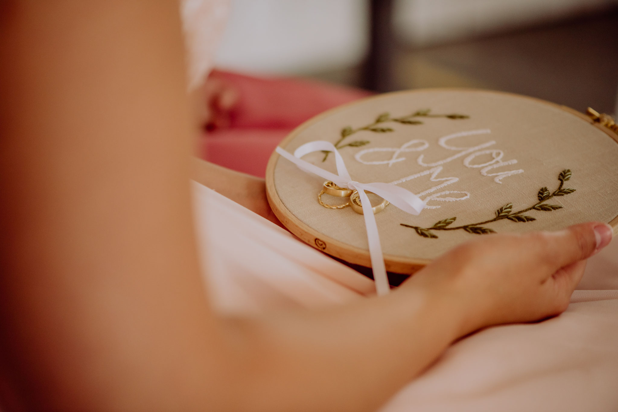Für den Ringwechsel gibt es ganz besondere Kissen. Dieses ist ein besticktes und individualisierbares Ringkissen (Foto: Landei Fotografie)