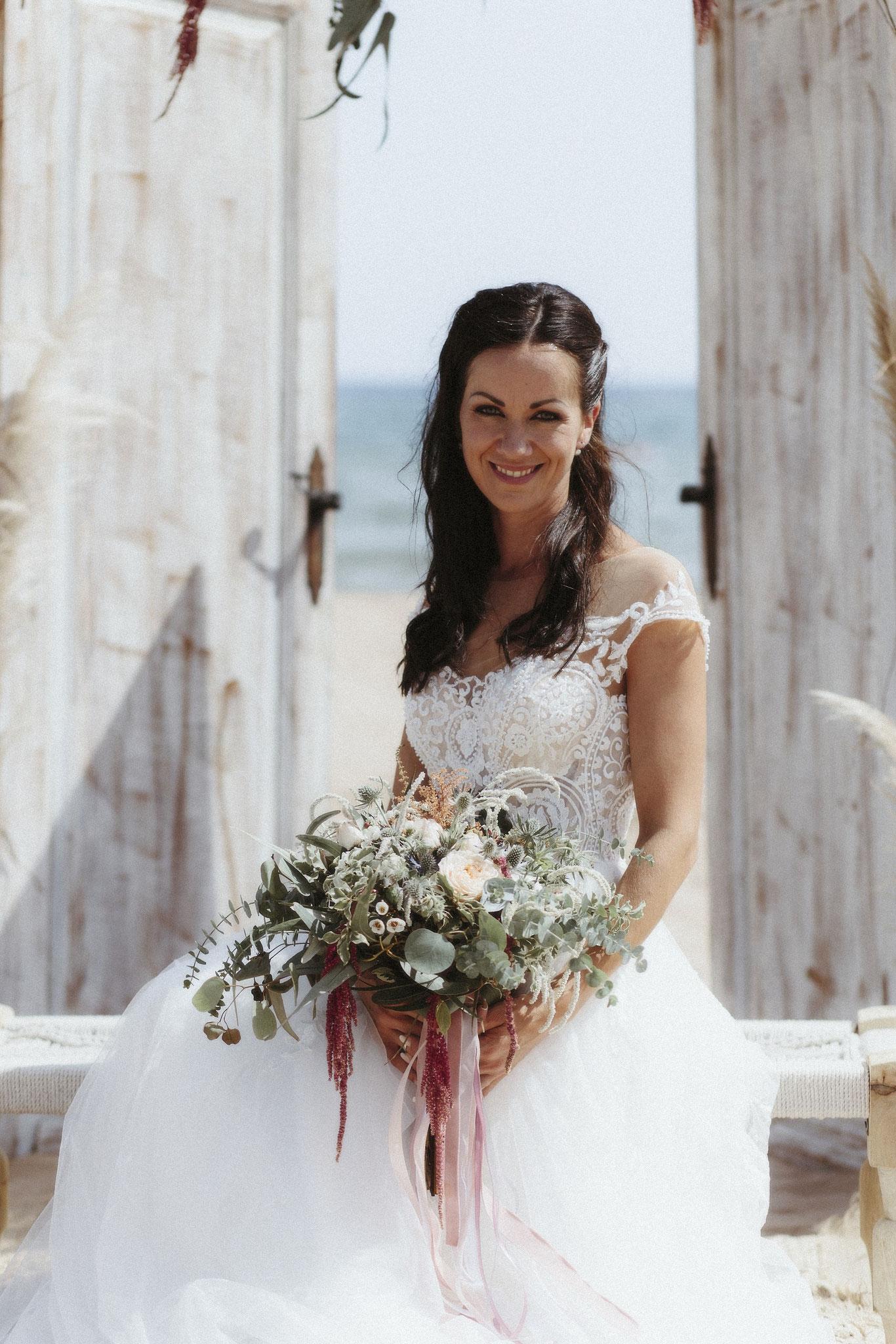 Die wunderschöne Braut nimmt Platz (Foto: Revela't)