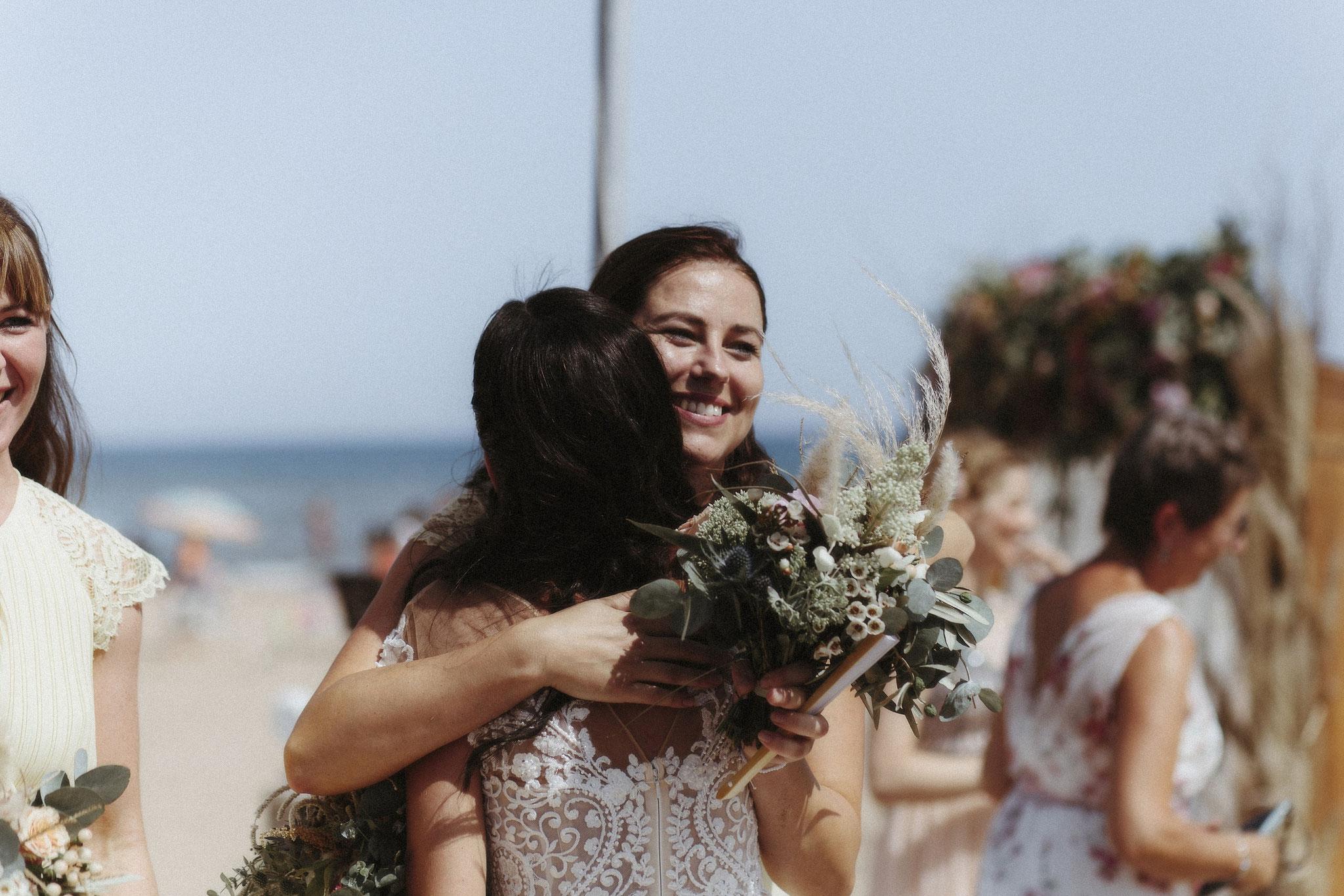 Die Brautjungfern gratulieren (Foto: Revela't)