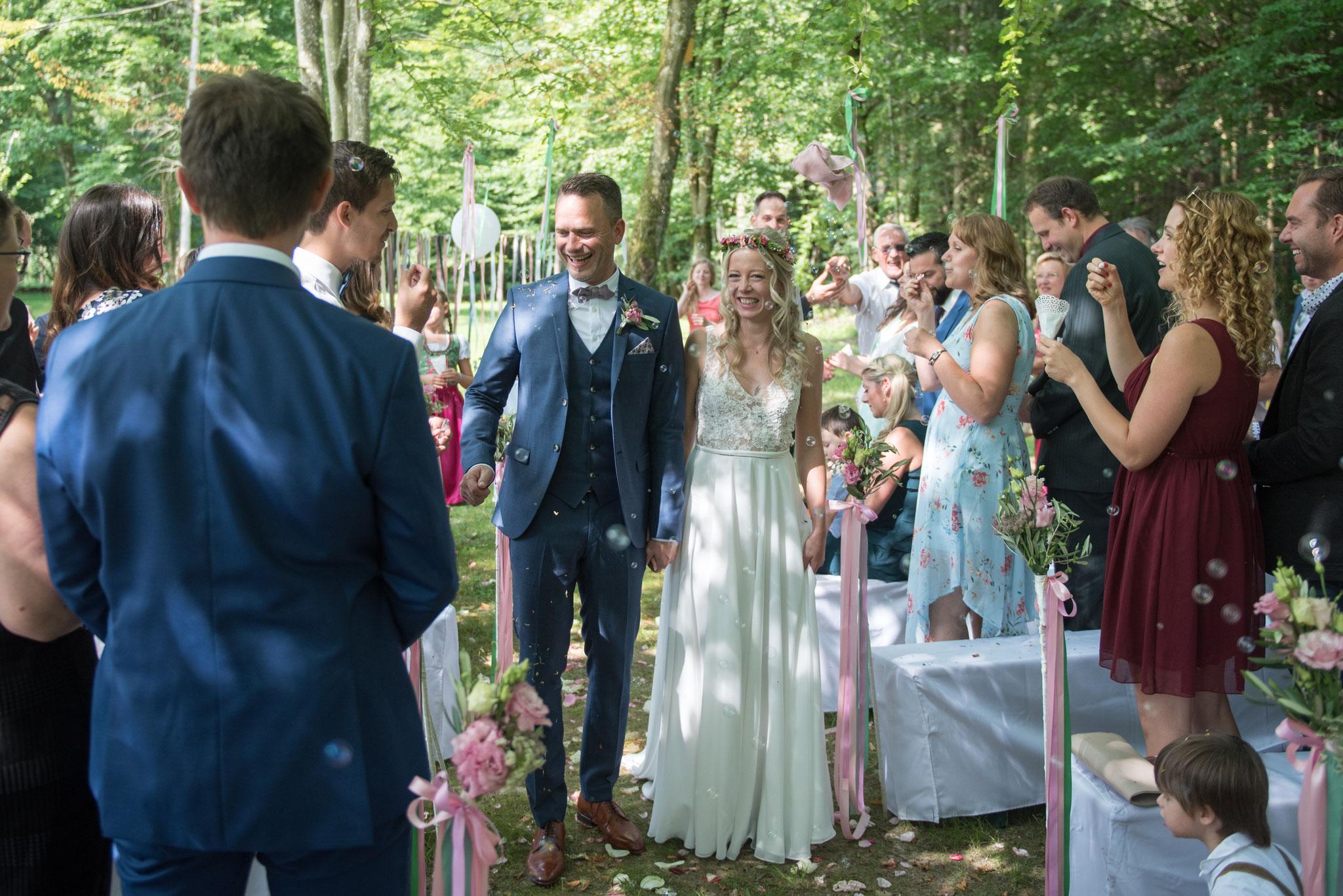 Geschafft! Das Paar zieht glücklich durch die Festgesellschaft! (Foto: Gabor Szeiler)