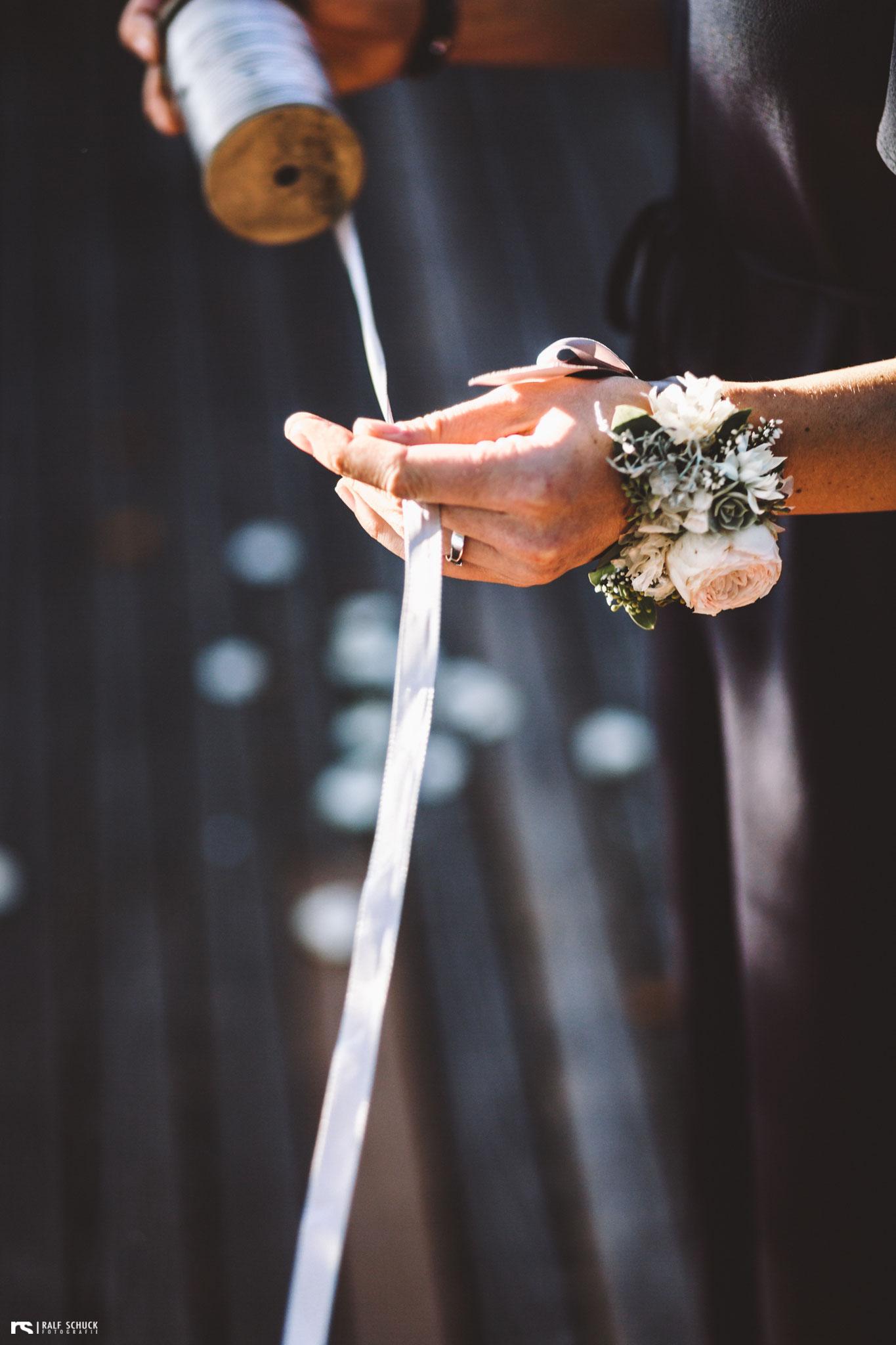 Das Ringband-Ritual ist eine schöne Art, die Festgesellschaft in die Zeremonie zu integrieren (Foto: Ralf Schuck)