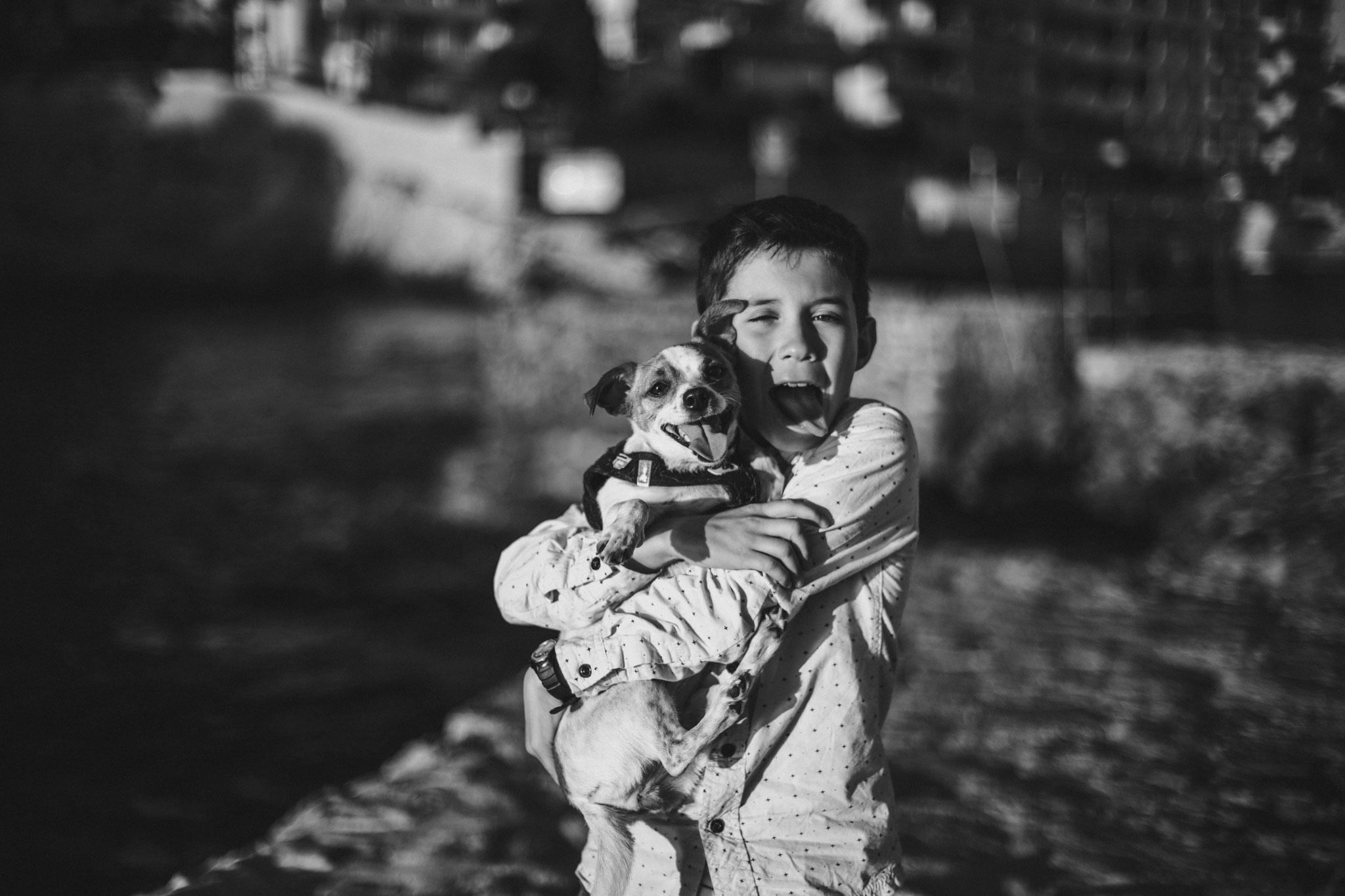 On tire la langue avec son chien, une grimace d'un garçon et son chien à Cassis Paca Provence