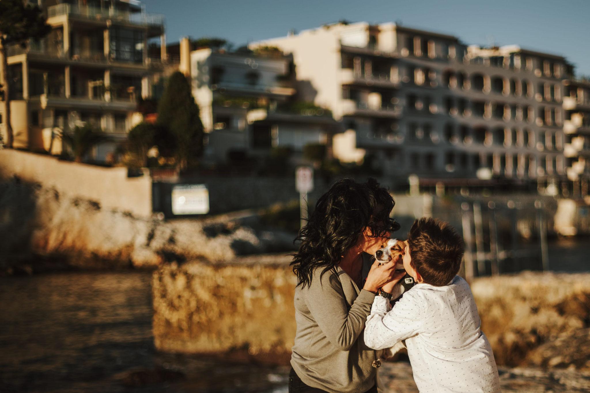 Des bisous au chien de famille, vue sur la ville de Cassis, un bisous de chaque coté