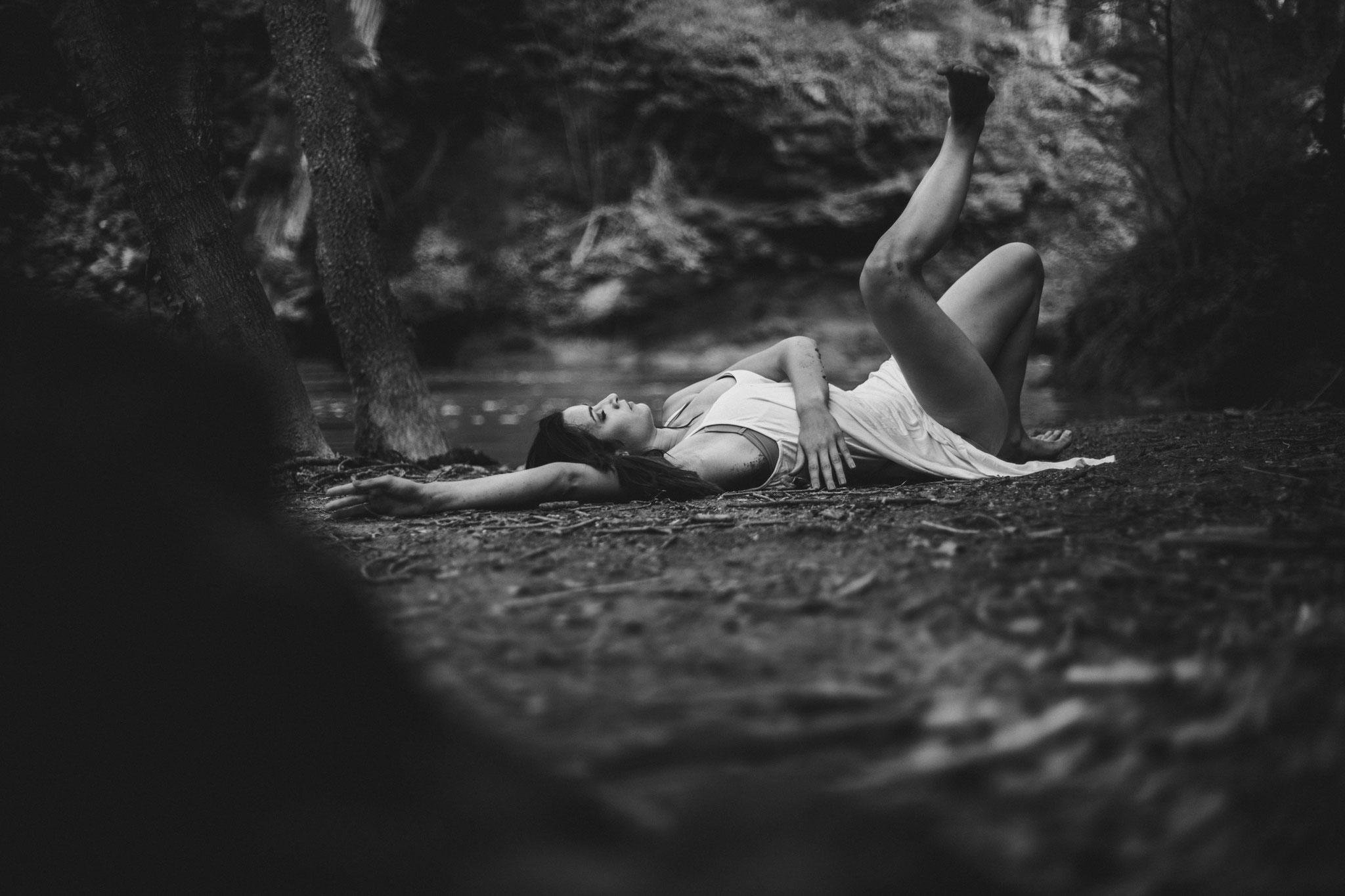 Danse-nature-sol-forêt-contemporain danseuse roule par terre portrait Bouche-du-Rhône Var Barjols Saint-Maximin-la-Sainte-Baume
