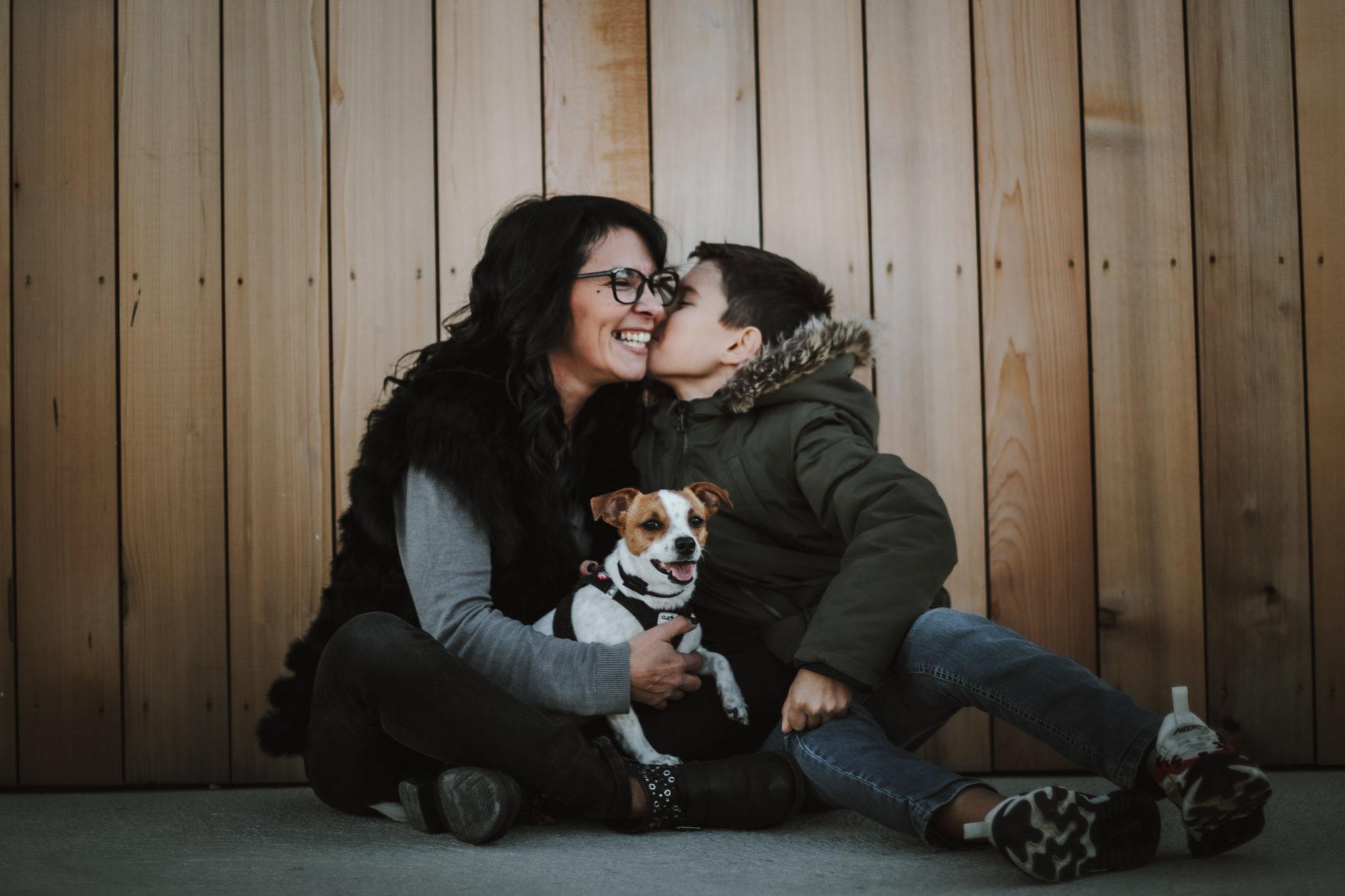 Un câlin en famille entre maman et le fils, le chien à Cassis, le port de cassis, des bisous d'amour, tête rigolote du chien, un bisous du fiston