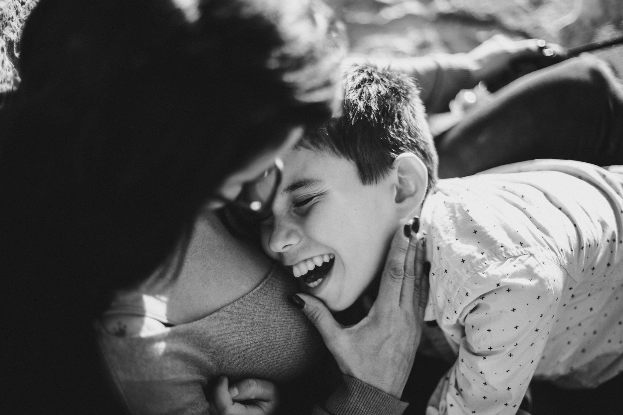 Un fous rire en maman et fils au phare de Cassis, et un chien qui profite du soleil