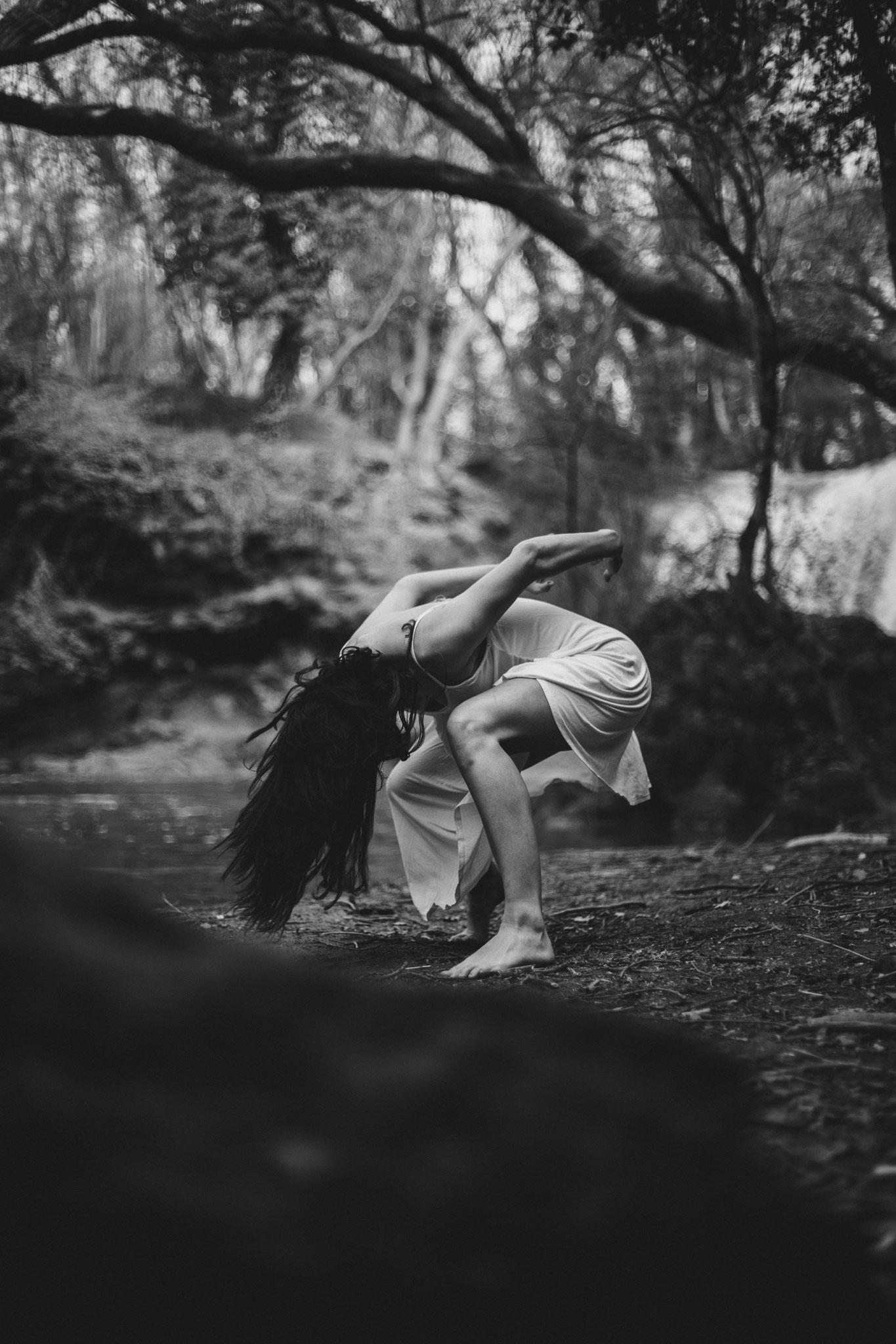 Danse-nature-sol-forêt-contemporain danseuse roule par terre portrait Bouche-du-Rhône Var Barjols Saint-Maximin-la-Sainte-Baume émotion