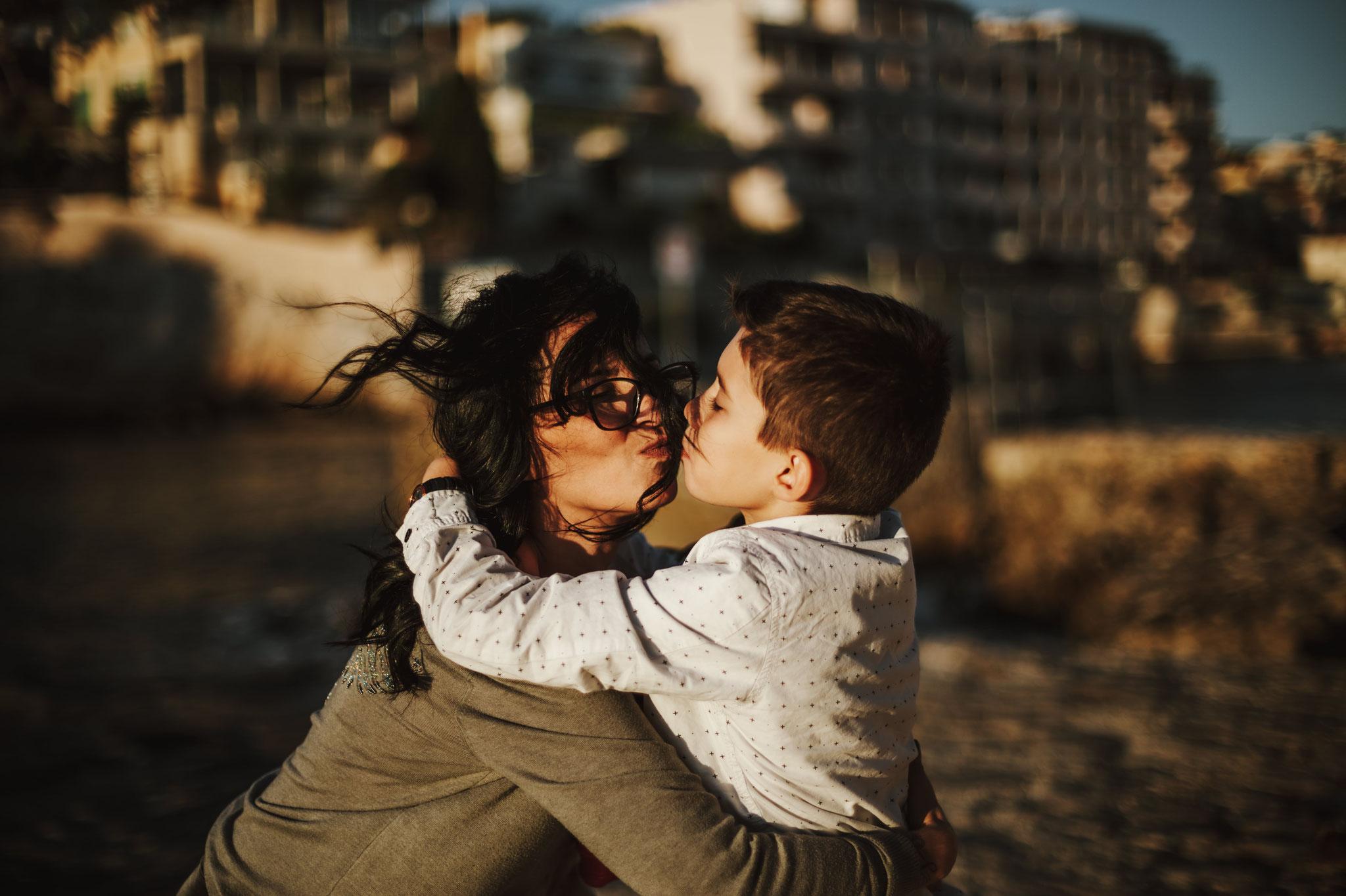 Des bisous au soleil de Cassis, maman fait un gros bisous à son fils, séance photo de famille