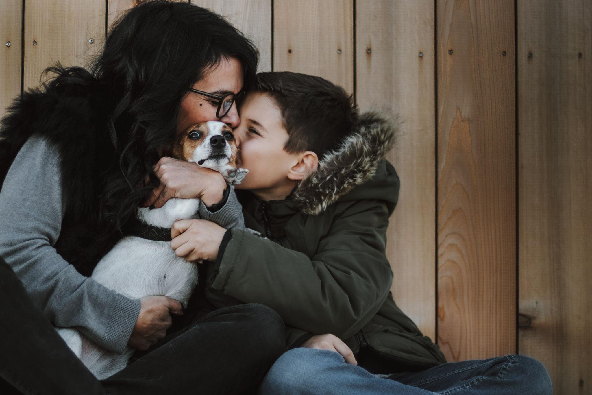 Un câlin en famille entre maman et le fils, le chien à Cassis, le port de cassis, des bisous d'amour, tête rigolote du chien