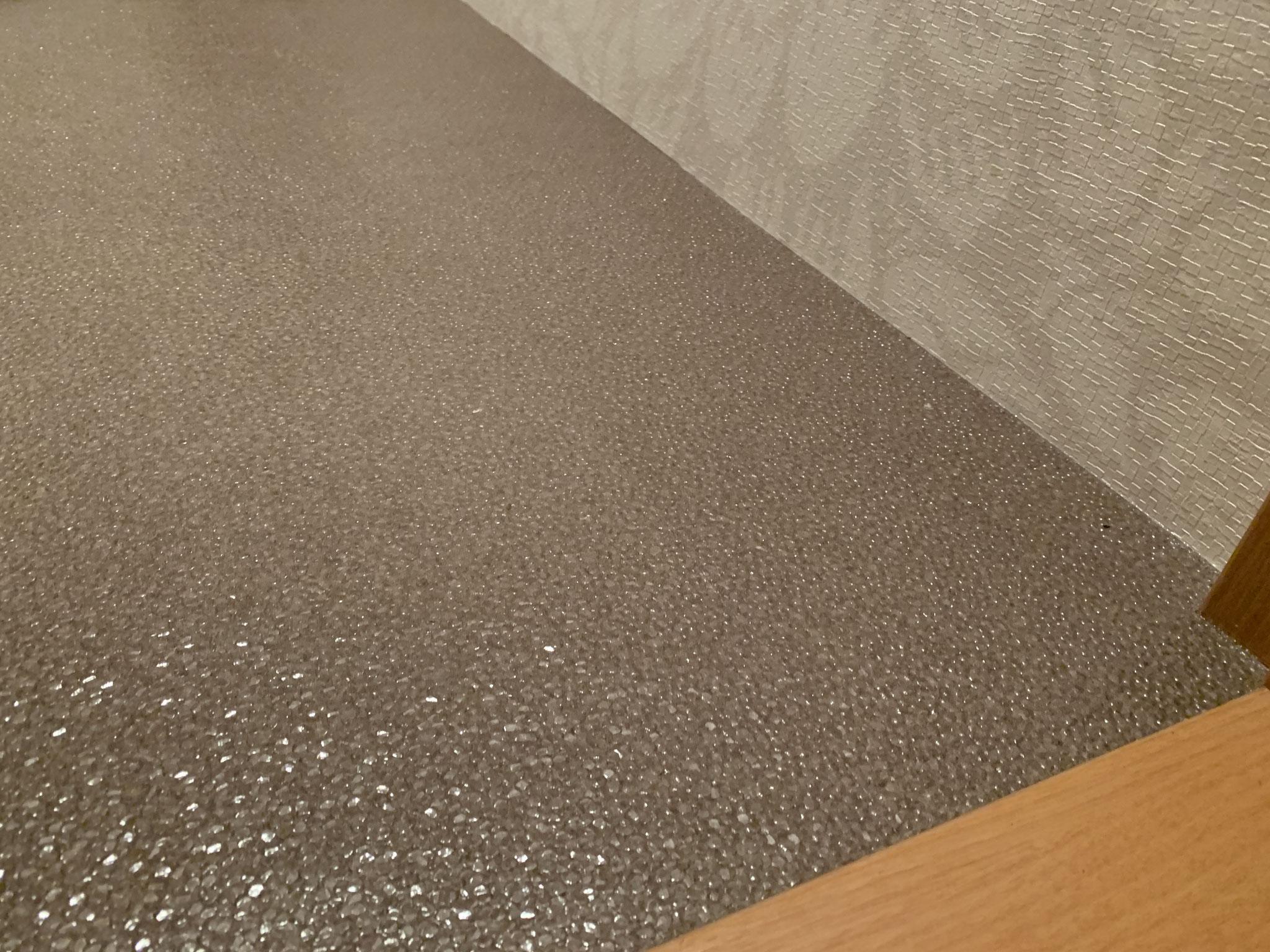 工事中 床はスパンコールのような輝きを放つフロアタイルに