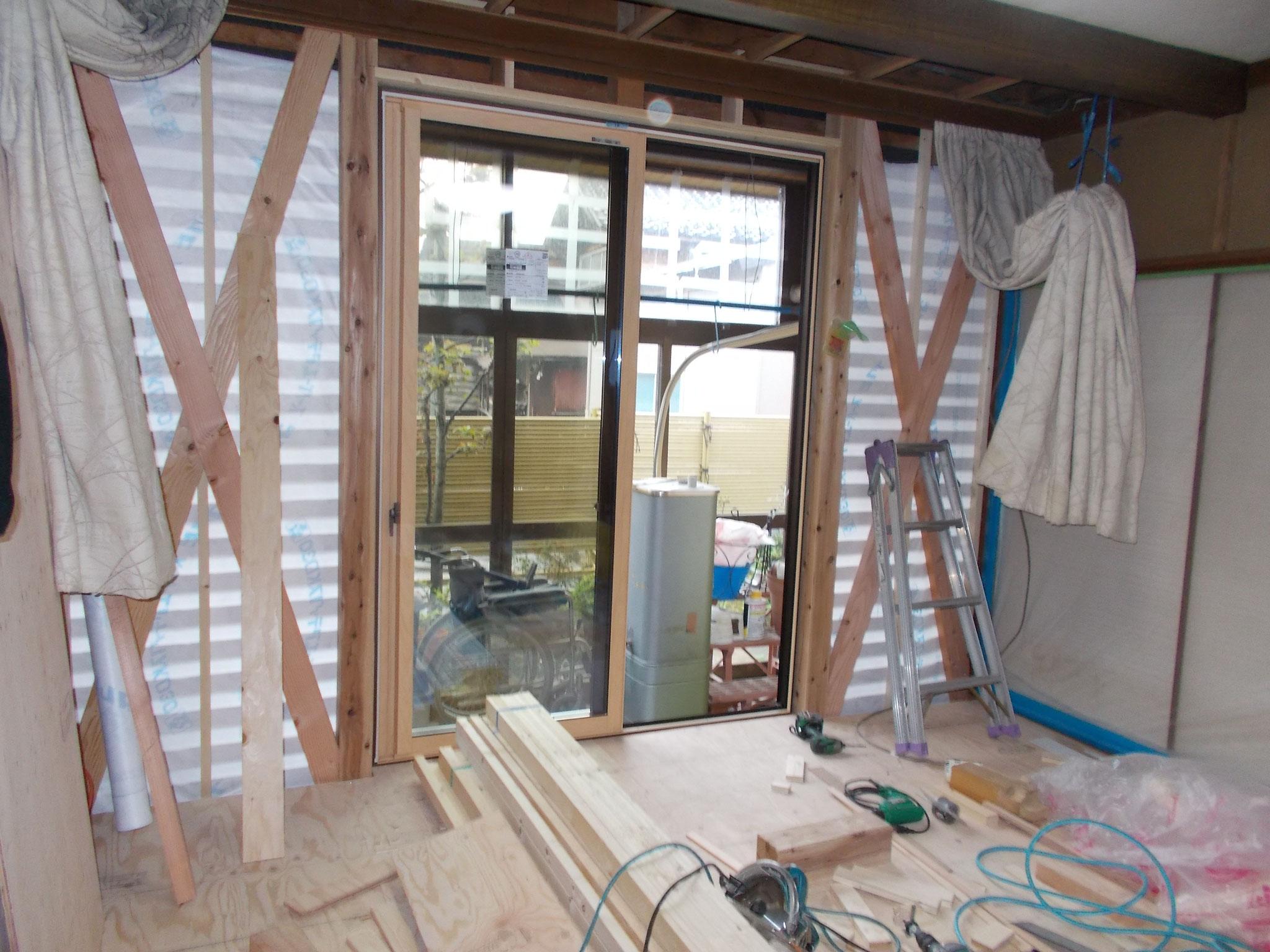 全面窓だった場所に壁を作り、耐震性能UP