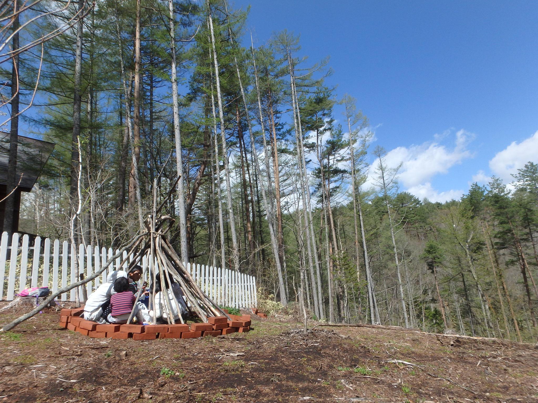 冬の間に落ちたたくさんの枝をひらって基地づくりが始まりました。