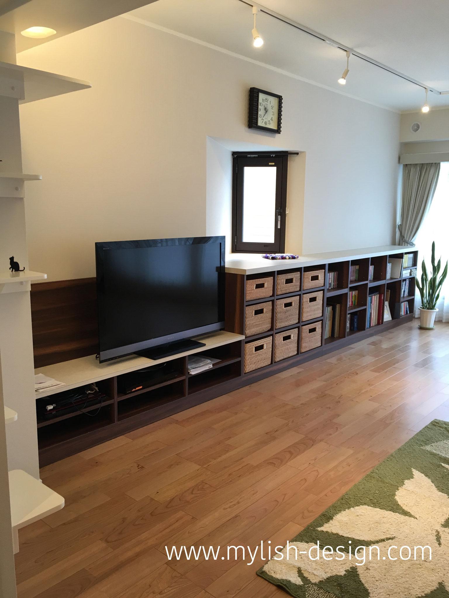 テレビ台、小物入れ、本棚を造作家具で製作。出窓と一体にしたので、とてもスッキリと使いやすい形になりました。
