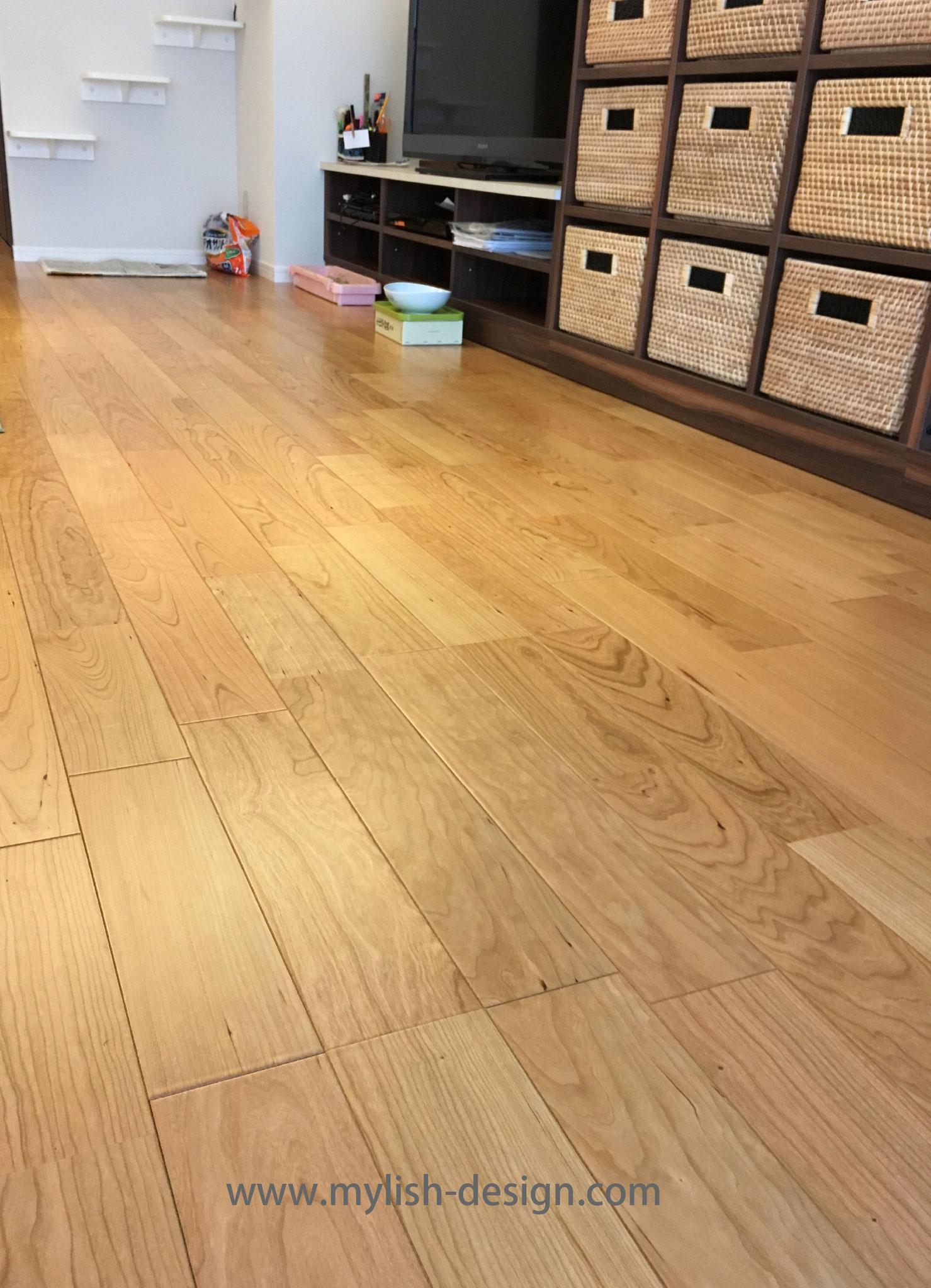 床材はライブナチュラル ブラックチェリー(朝日ウッドテック)本物の木のエネルギーを感じます。思わず裸足で歩きたくなる床です。とても美しい床になりました。