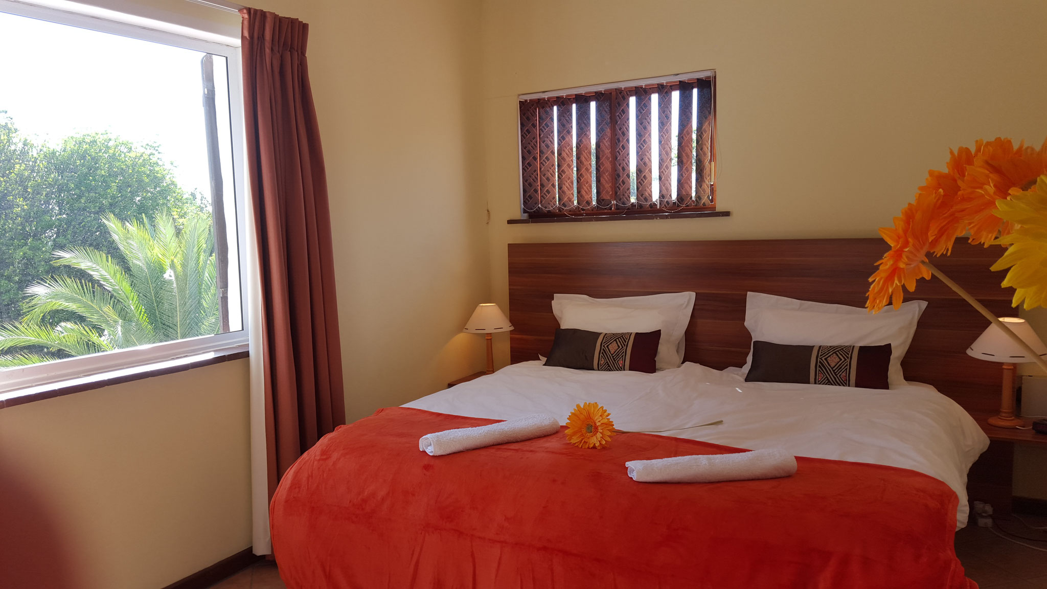 Weiteres Schlafzimmer mit Doppelbett im ersten Obergeschoss