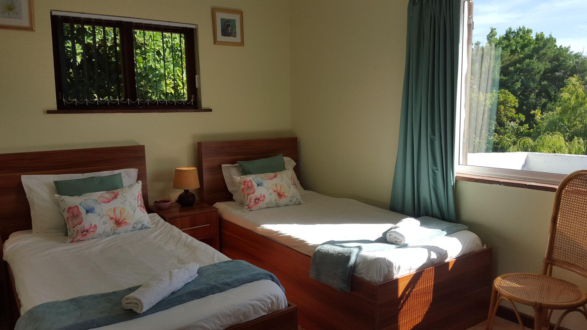 Weiteres Schlafzimmer mit zwei Einzelbetten im ersten Obergeschoss