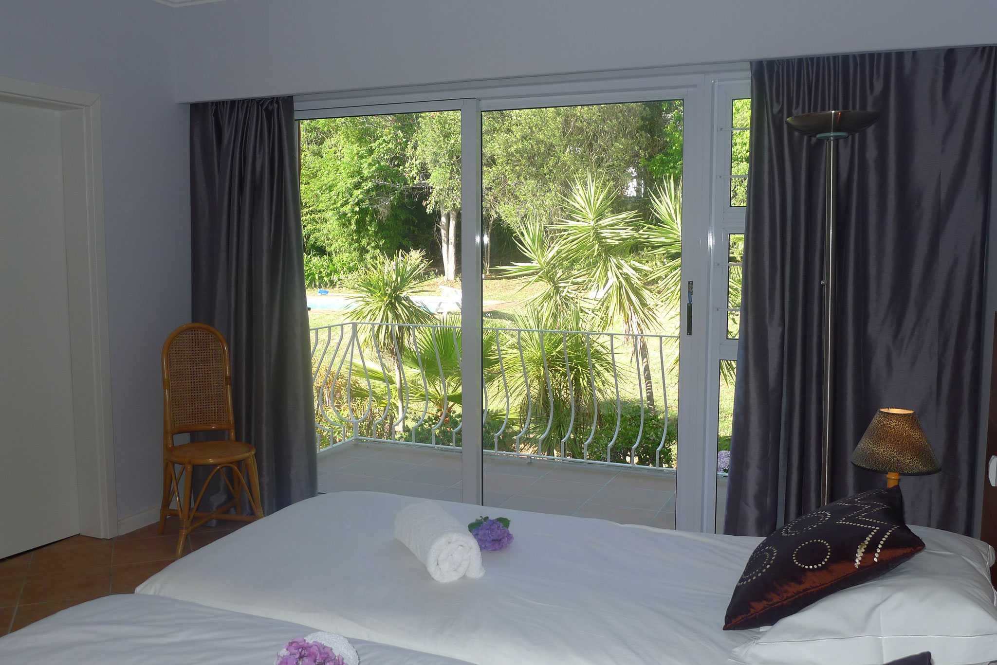 Blick vom Hauptschlafzimmer auf den Balkon und den Garten