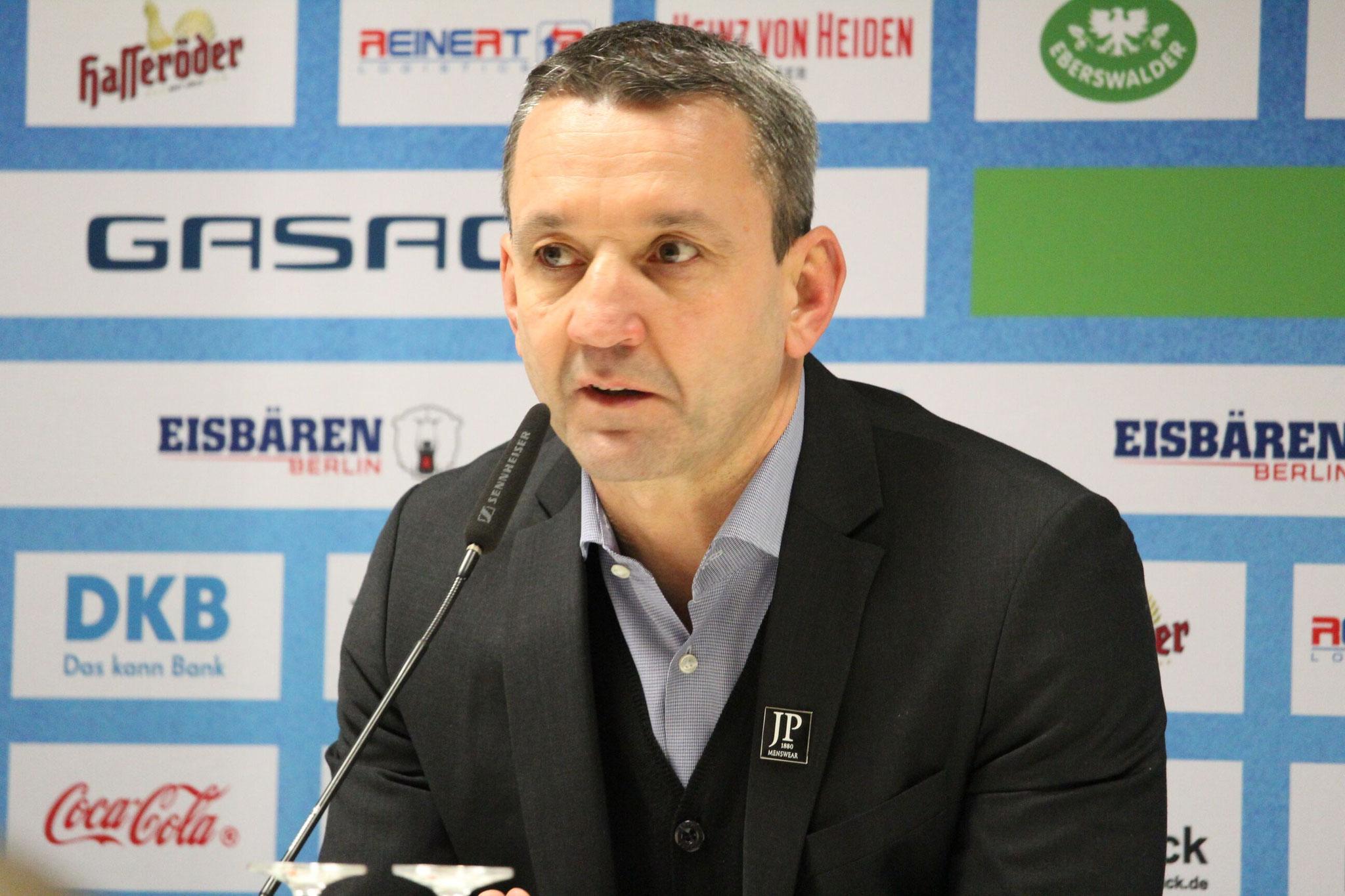 Bremerhavens Trainer Thomas Popiesch in der Pressekonferenz nach dem Spiel. Foto: Stefan Wenske