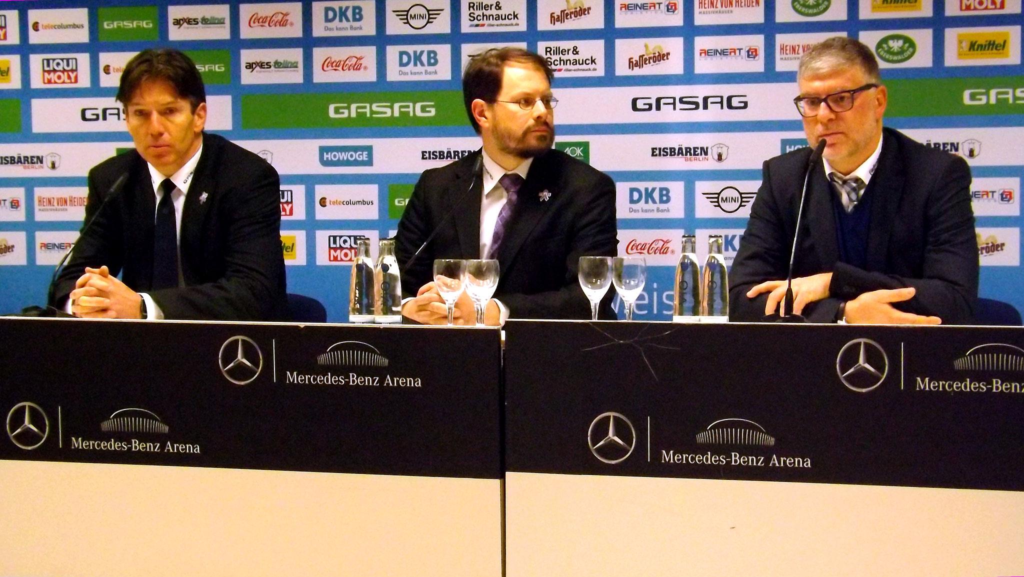 Pressekonferenz mit Pat Cortina und Uwe Krupp, in der Mitte Daniel Goldstein Pressesprecher Foto: Hans-Peter Becker
