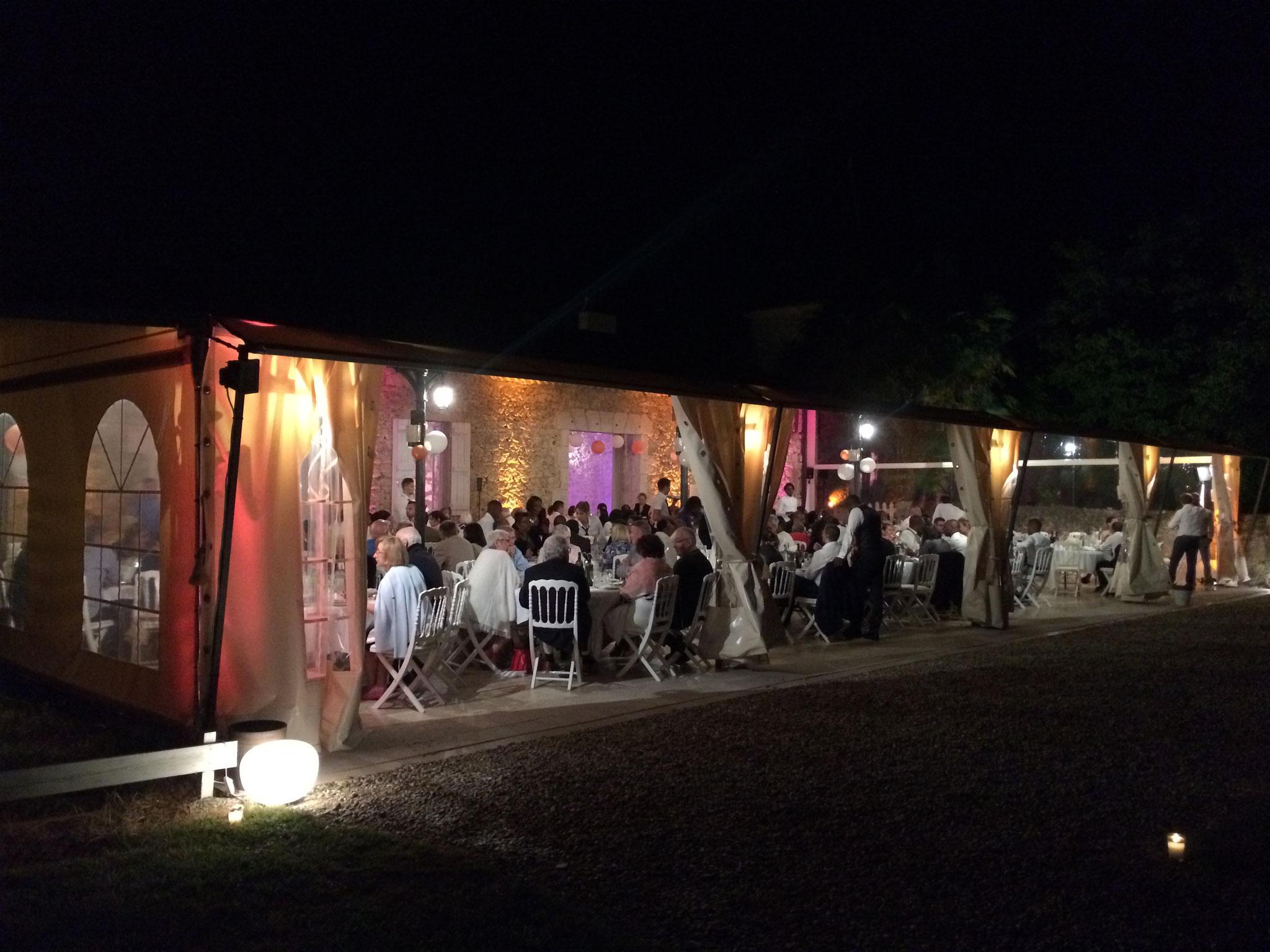 Terrasse en fête couverte la nuit