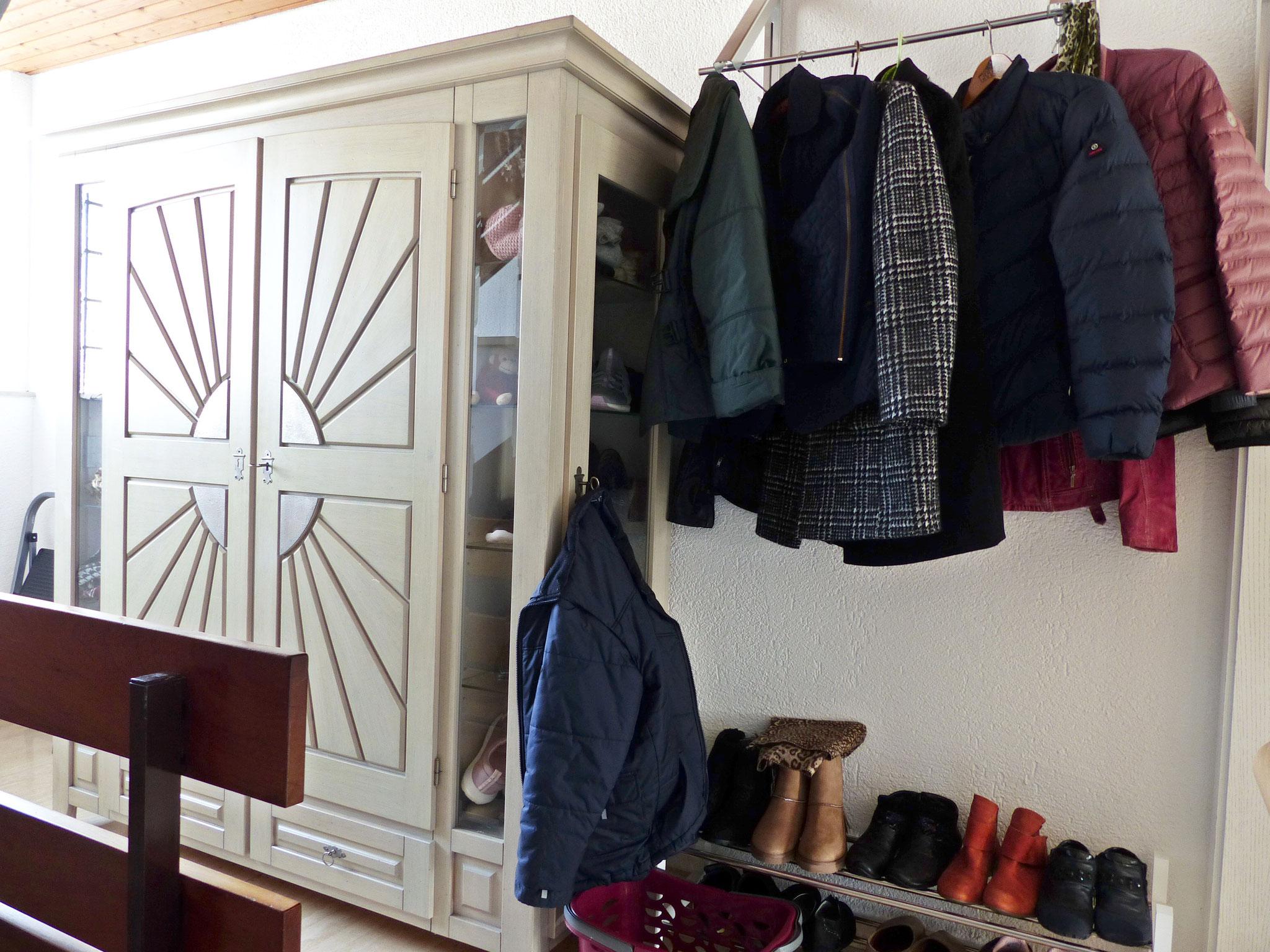 Treppenhausbereich vor EG-Wohnung / Garderobe