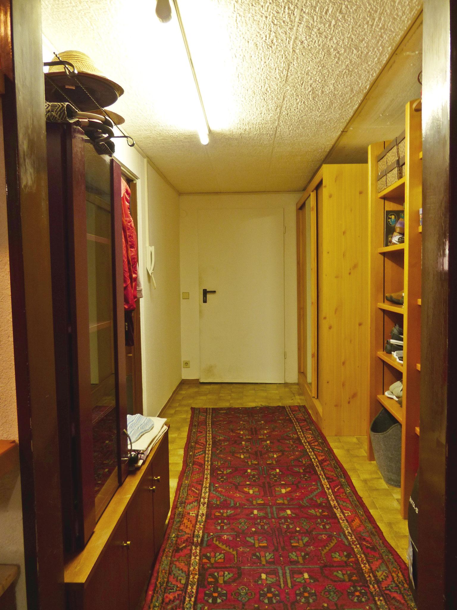 Flur zum Hobbyraum / Außentüre Keller