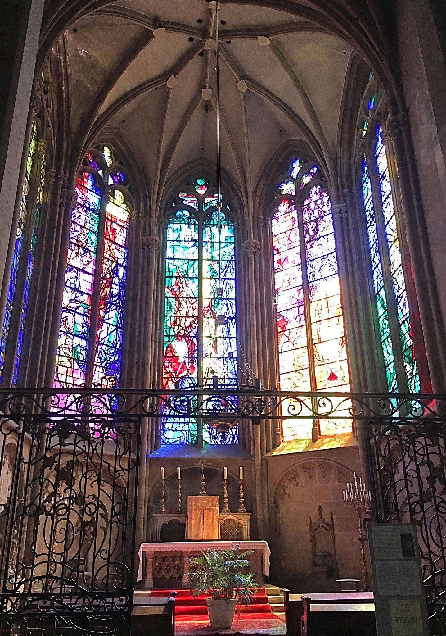 Die Sakramentskapelle mit den Fenster nach den Entwürfen von Chaques Villon in der Kathedrale Saint-Etienne in Metz