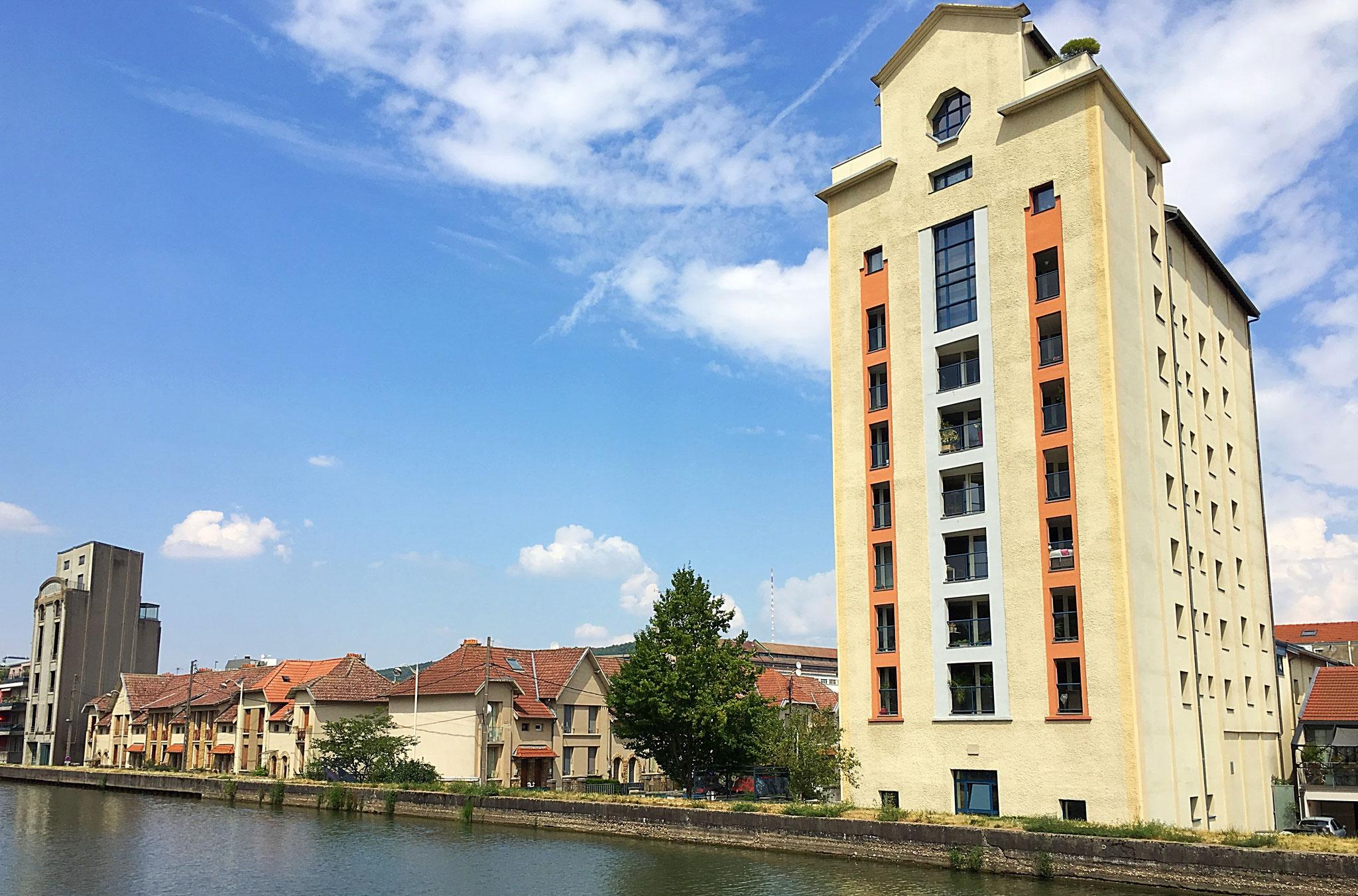 """Ehem. Kornspeicher in Nancy am """"Canal de la Marne au Rhin"""", der zu Lofts umgebaut wurde"""