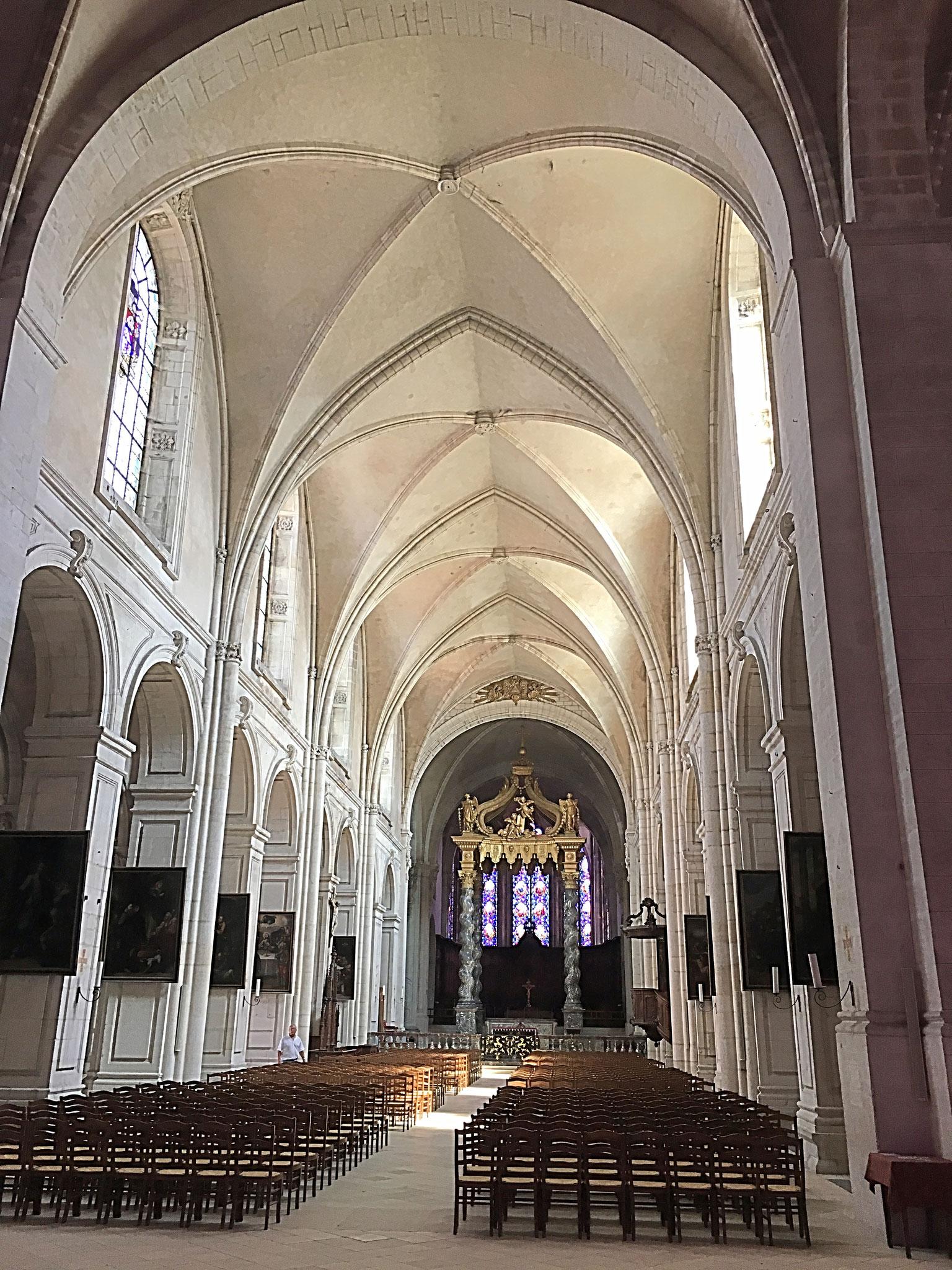 """Das Innere der """"Basilique-Cathédrale de Notre-Dame"""""""