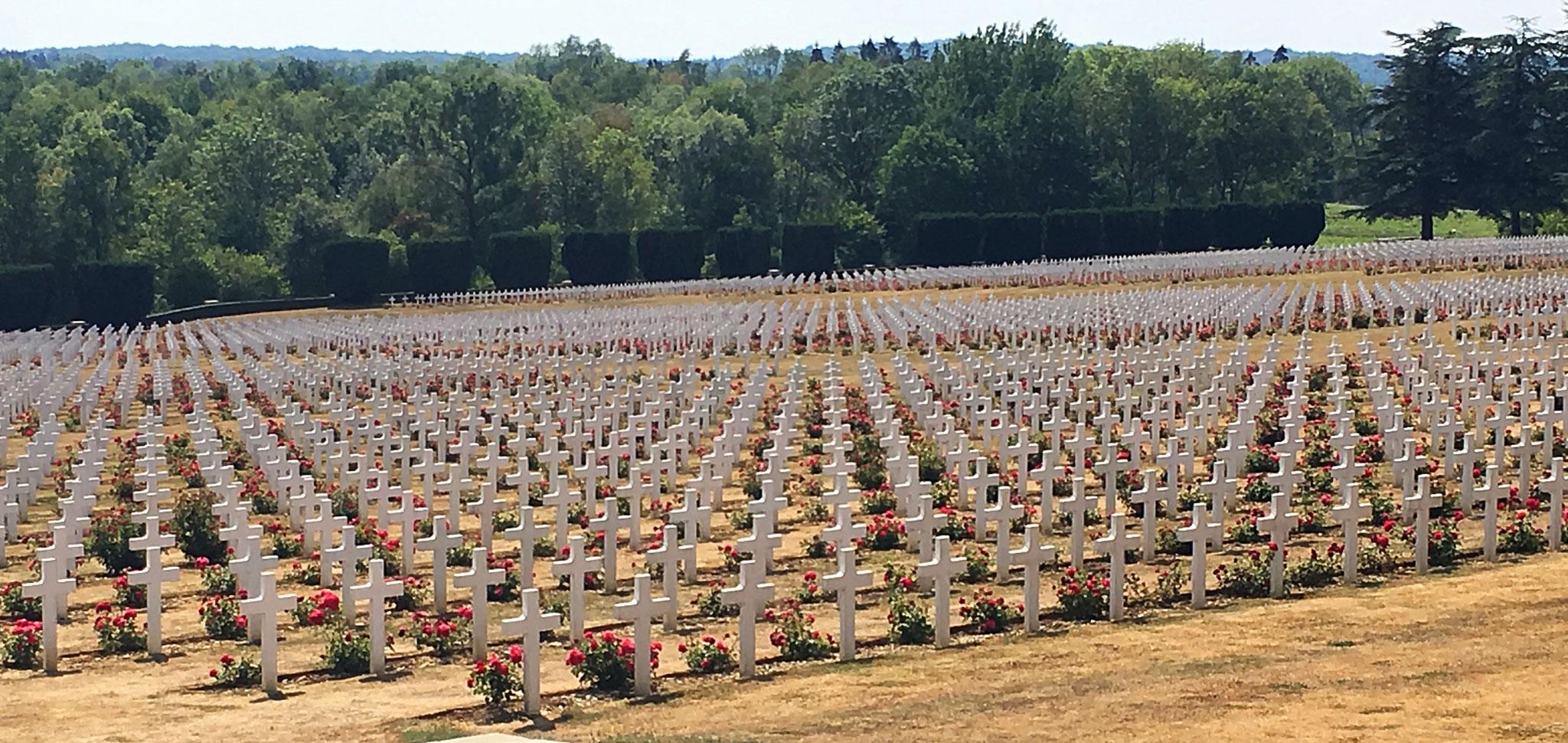 Vor dem Beinhaus befinden sich die Gräber von rund 16.000 franz. Soldaten.