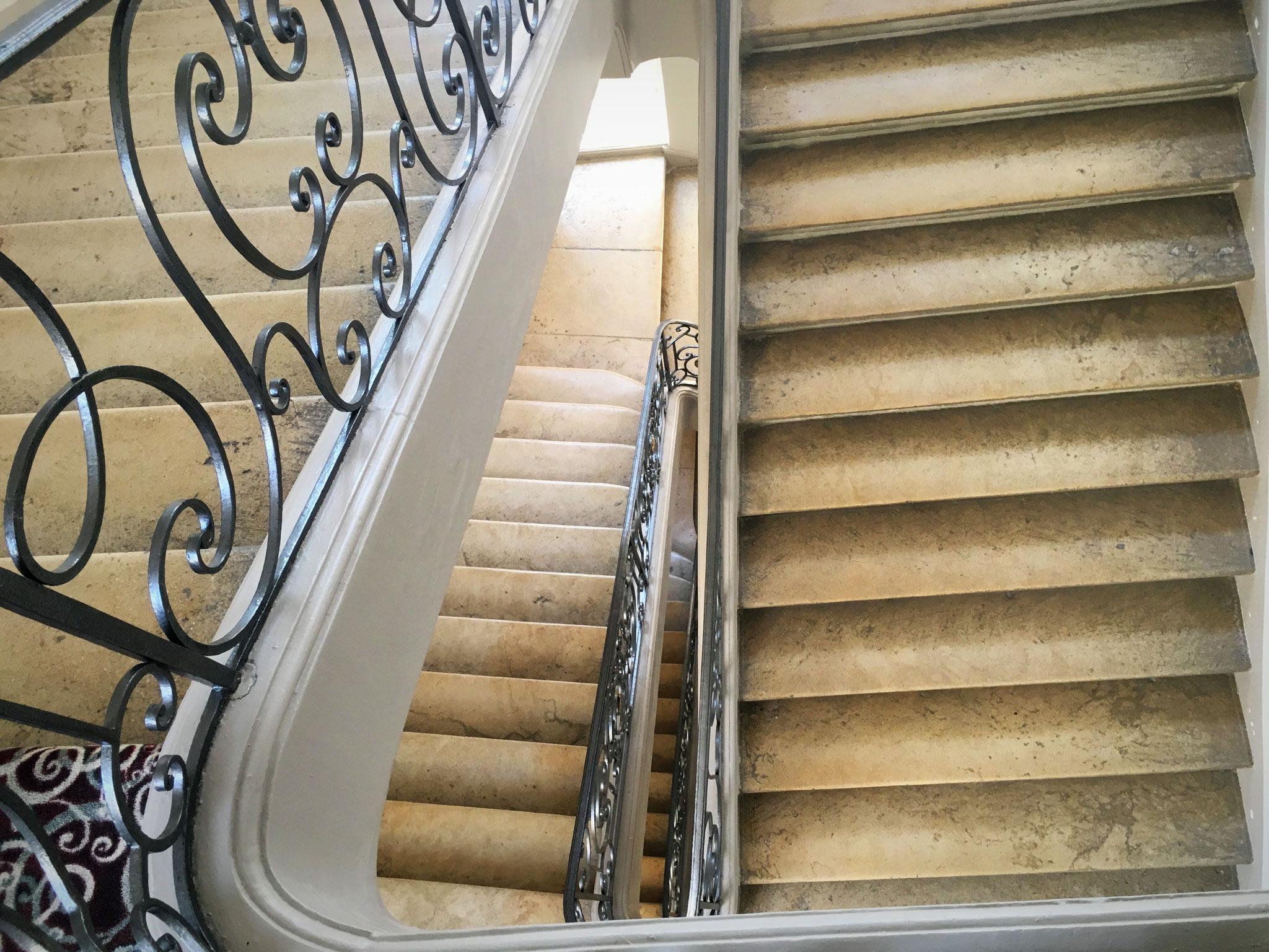 """Das großzügige Treppenhaus unseres """"Hotel de Guise"""" in Nancy."""