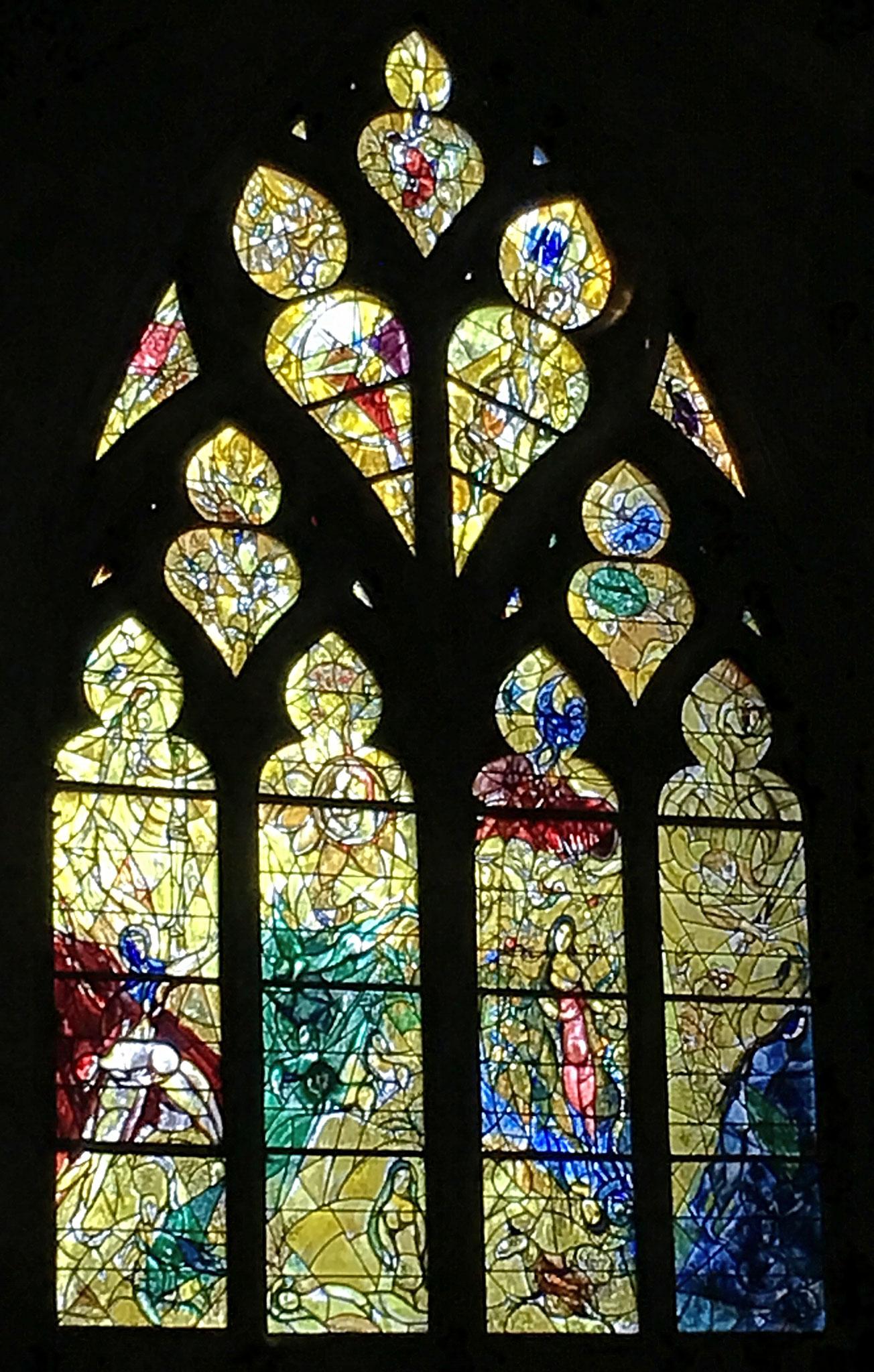 Ein Fenster nach den Entwürfen von Marc Chagall in der Kathedrale Saint-Etienne in Metz