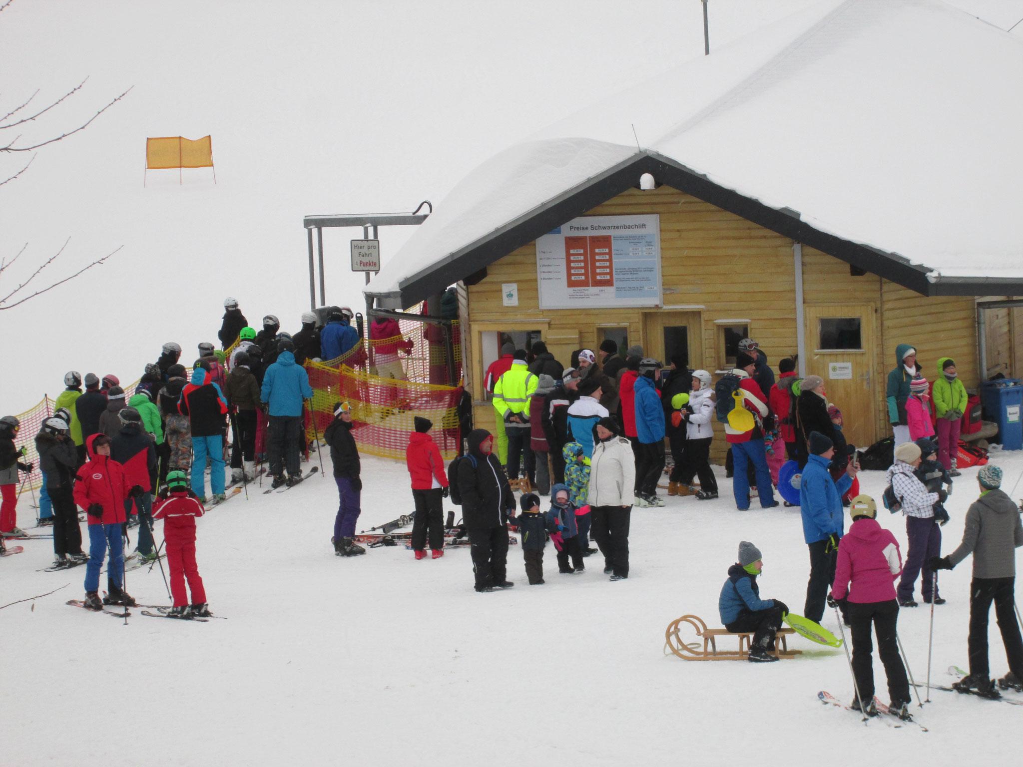 Beim Skilift bleibe ich stehen und erinnere mich. Viele Male bin ich als Kind mit meiner Familie hier angestanden, die Skistöcke in den Schnee gestemmt, bin aufgerückt, und hab einen Liftbügel geschnappt, der mich hinaufzog,