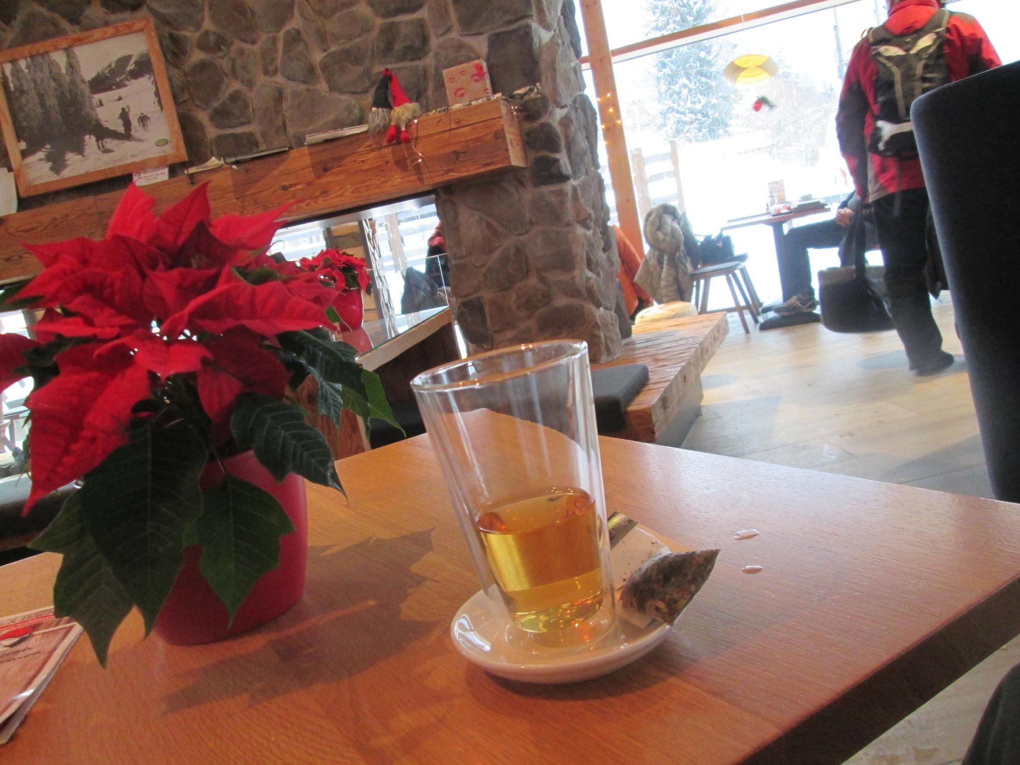Während ich einen Tee genieße, beobachte ich, wie die Bäckerei-Kunden ihre Neujahrsbrezeln bestellen